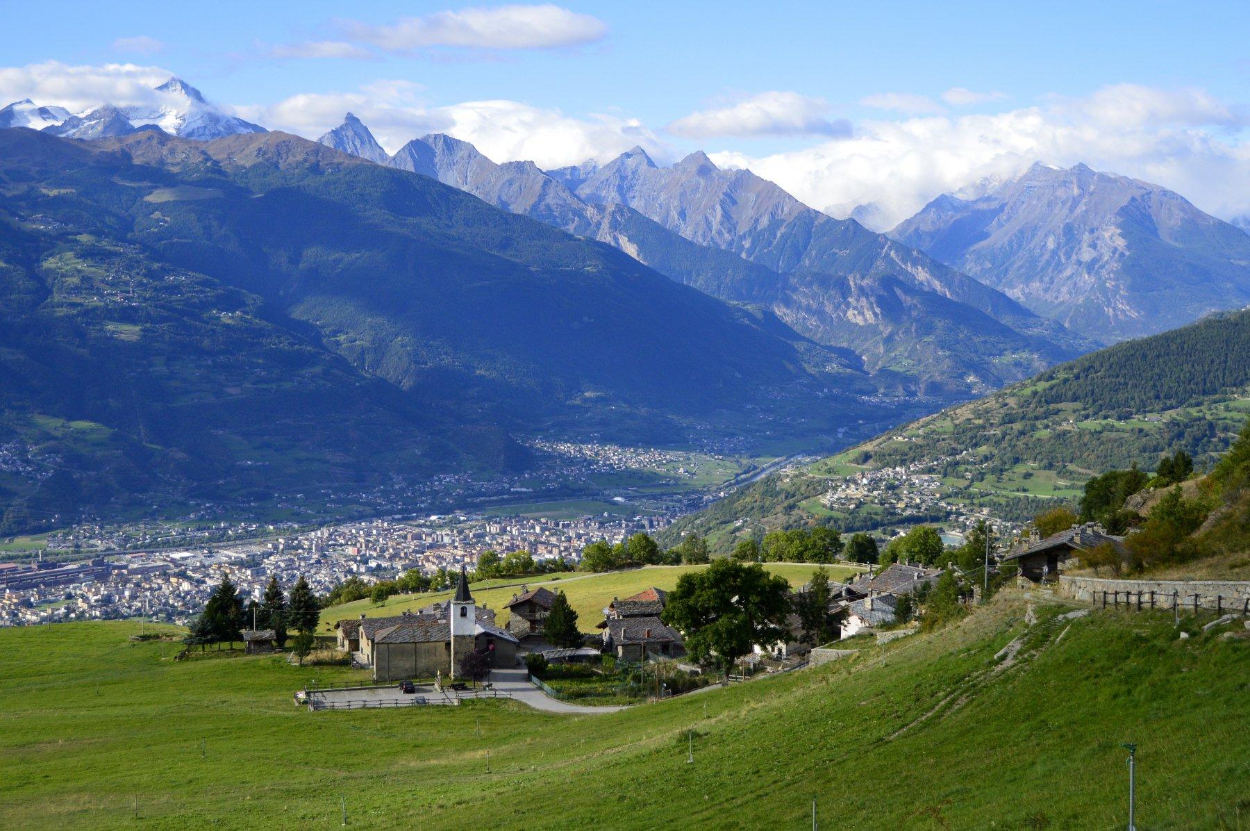 Partenza dal villaggio di Blavy (sullo sfondo Aosta)