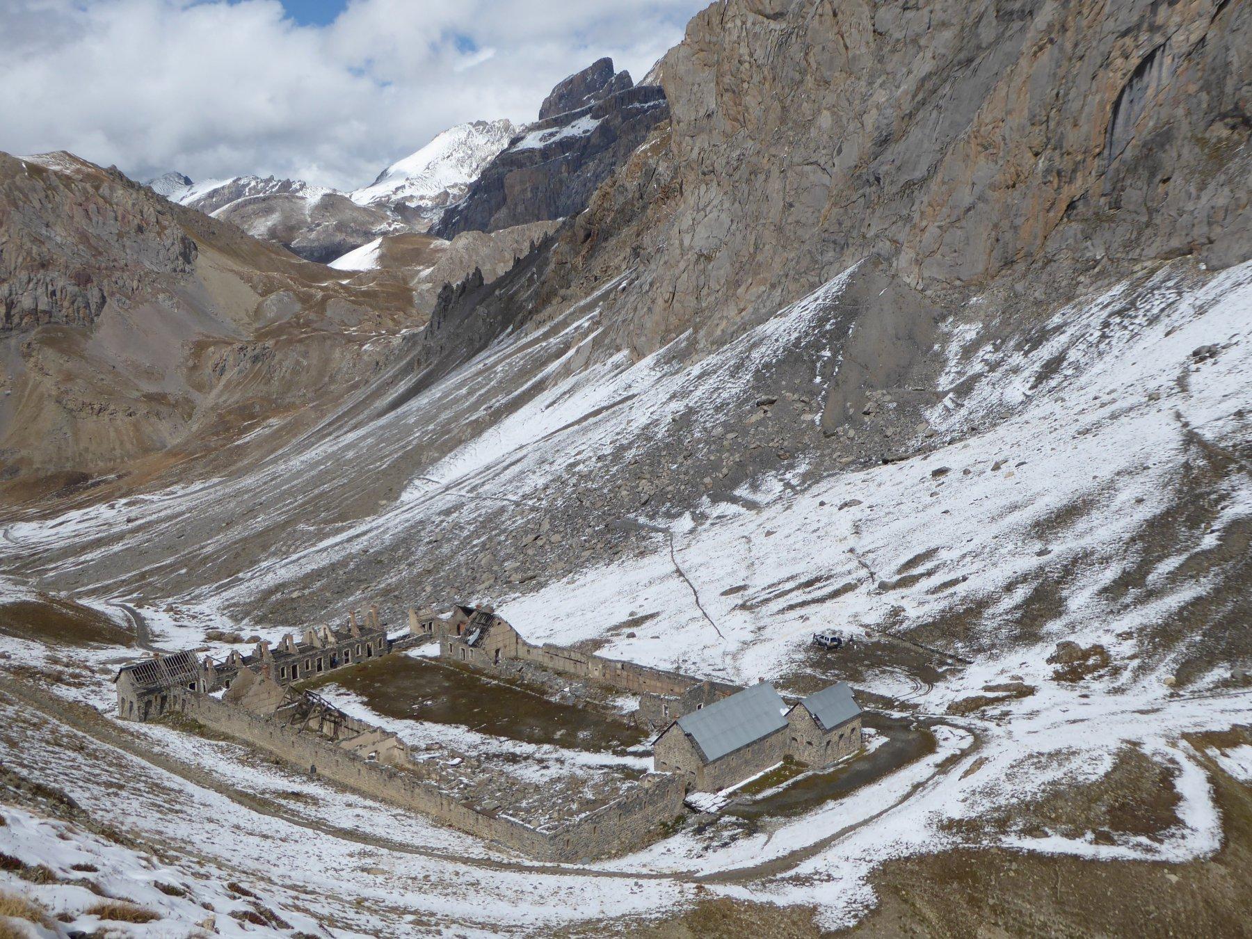 baraquements de Viraysse: si vede il taglio del sentiero proveniente dalla quota 2470 m.