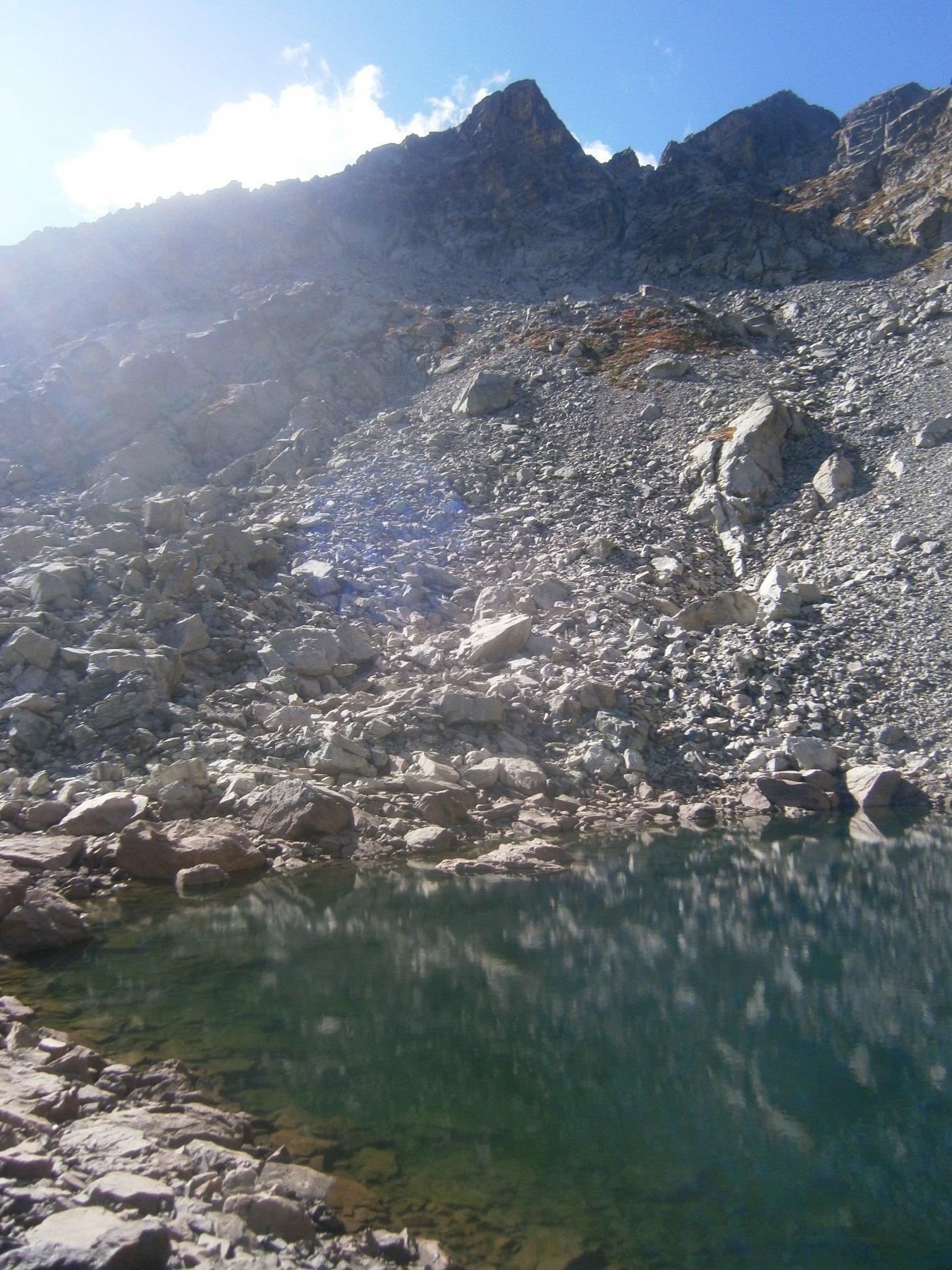 Al centro la cima vista dal lago