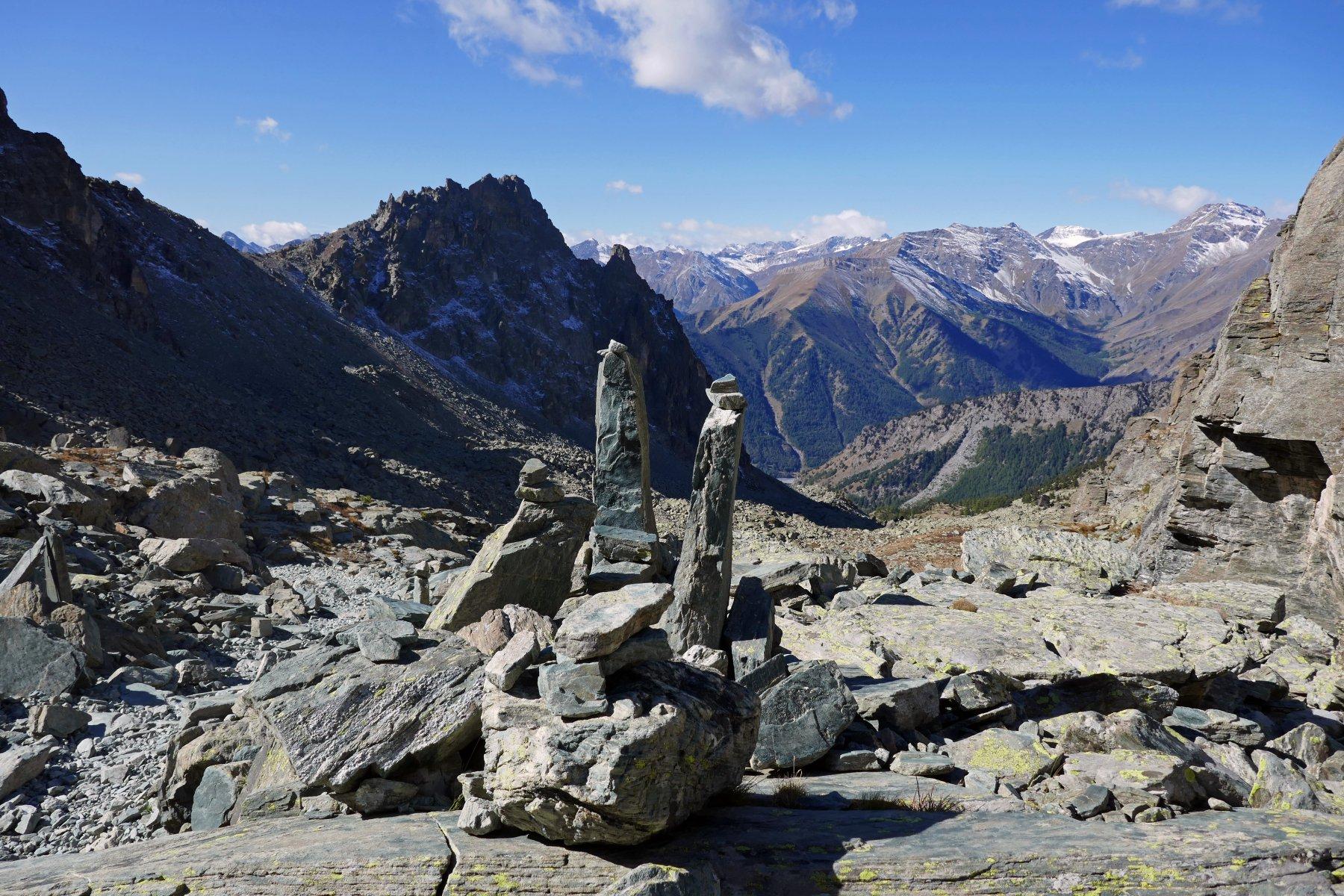 In salita nel vallone delle Giargiatte vista su menhir e Rocca Jarea