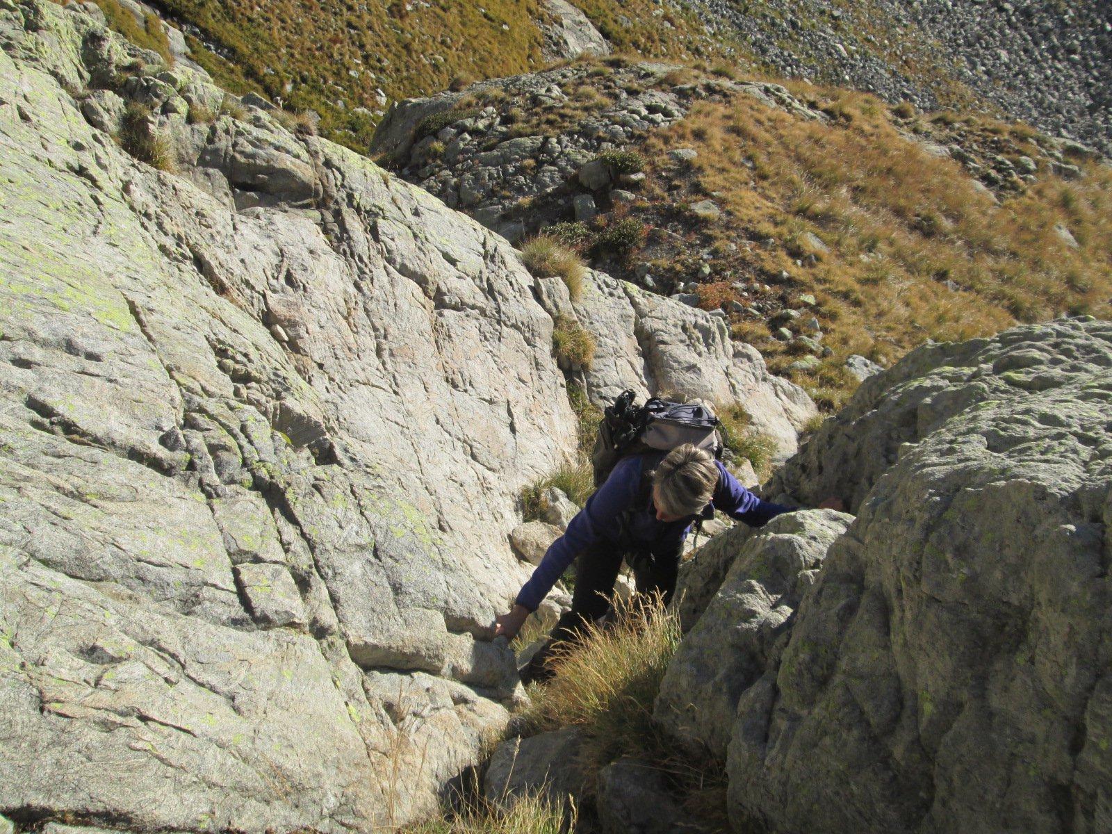 un passaggio su roccia salendo al Lac de la Lusiere