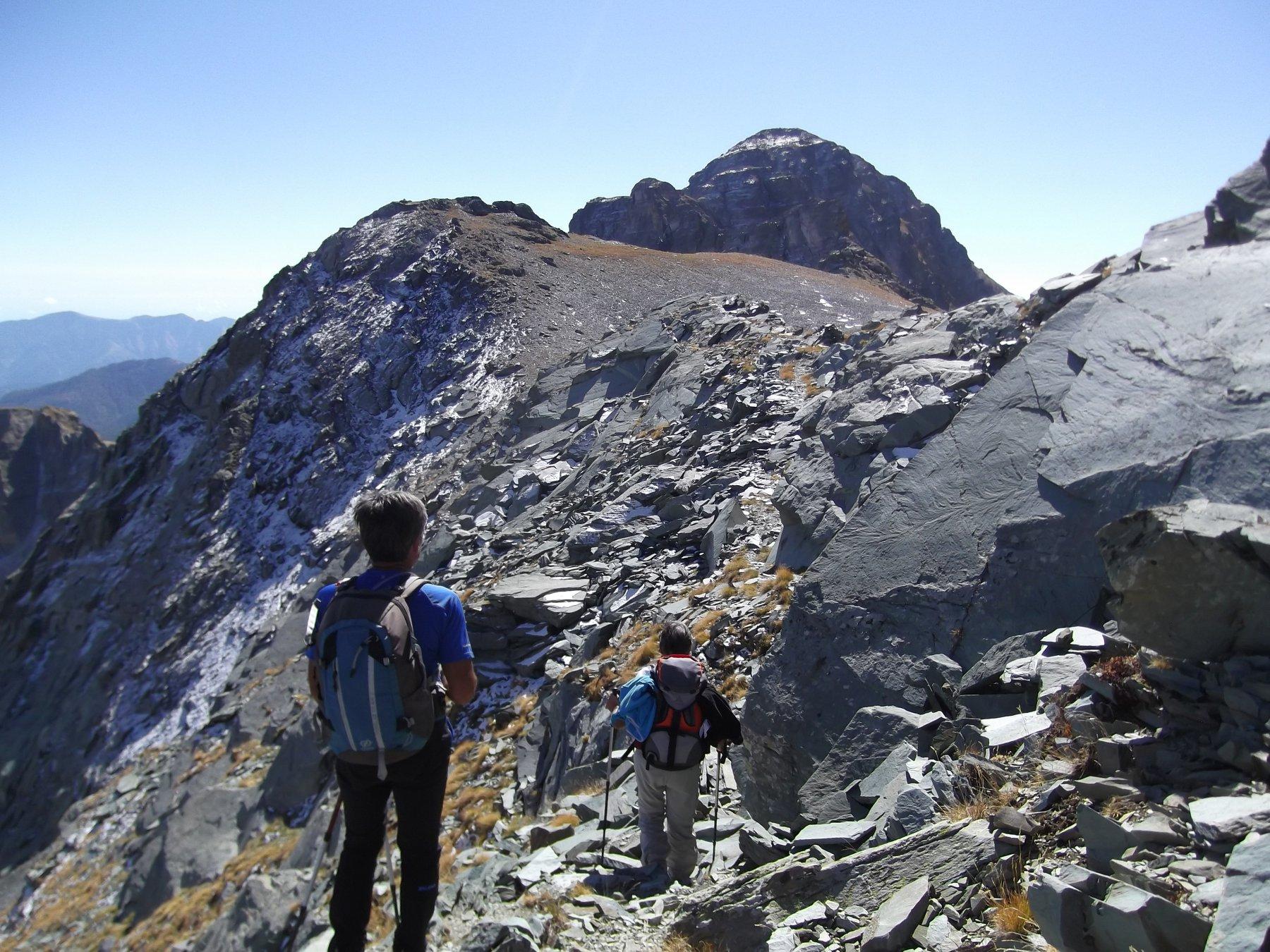 La cresta di salita con sullo sfondo il Bego.