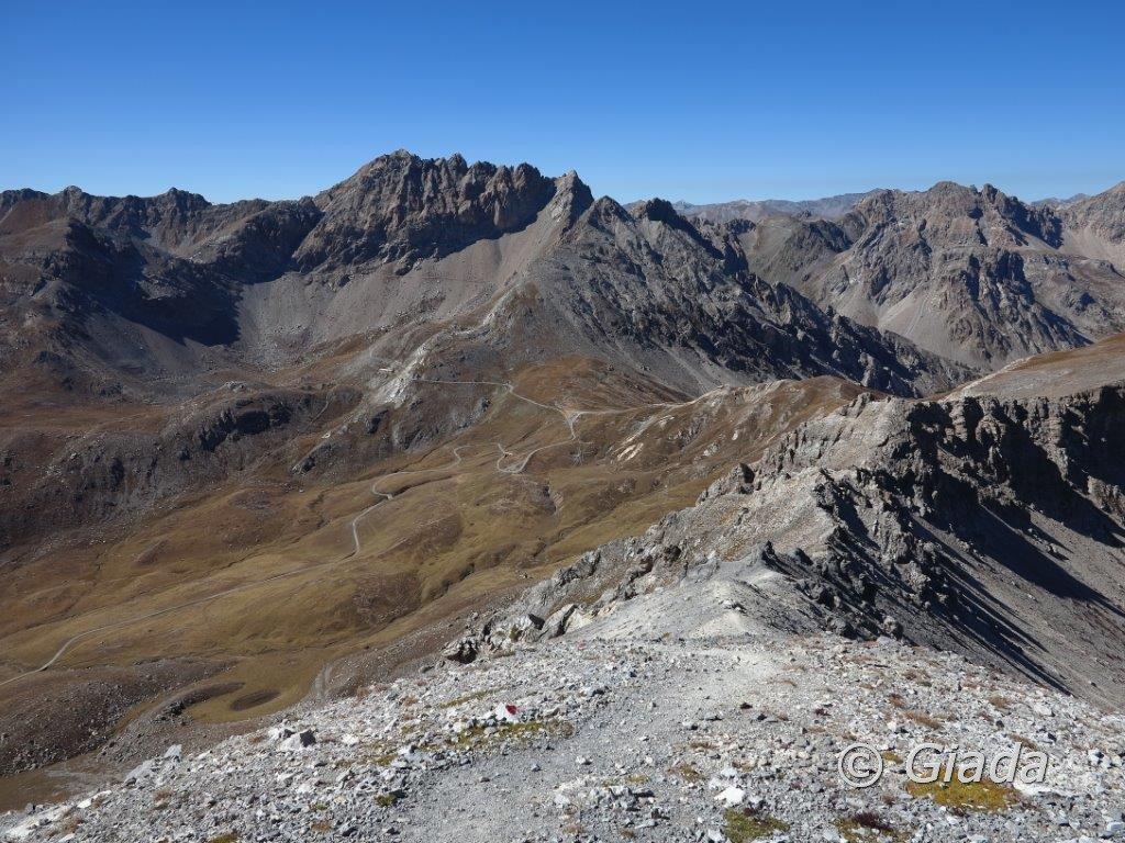 La cresta di salita e in fondo al centro il Passo della Gardetta e la Punta Eco