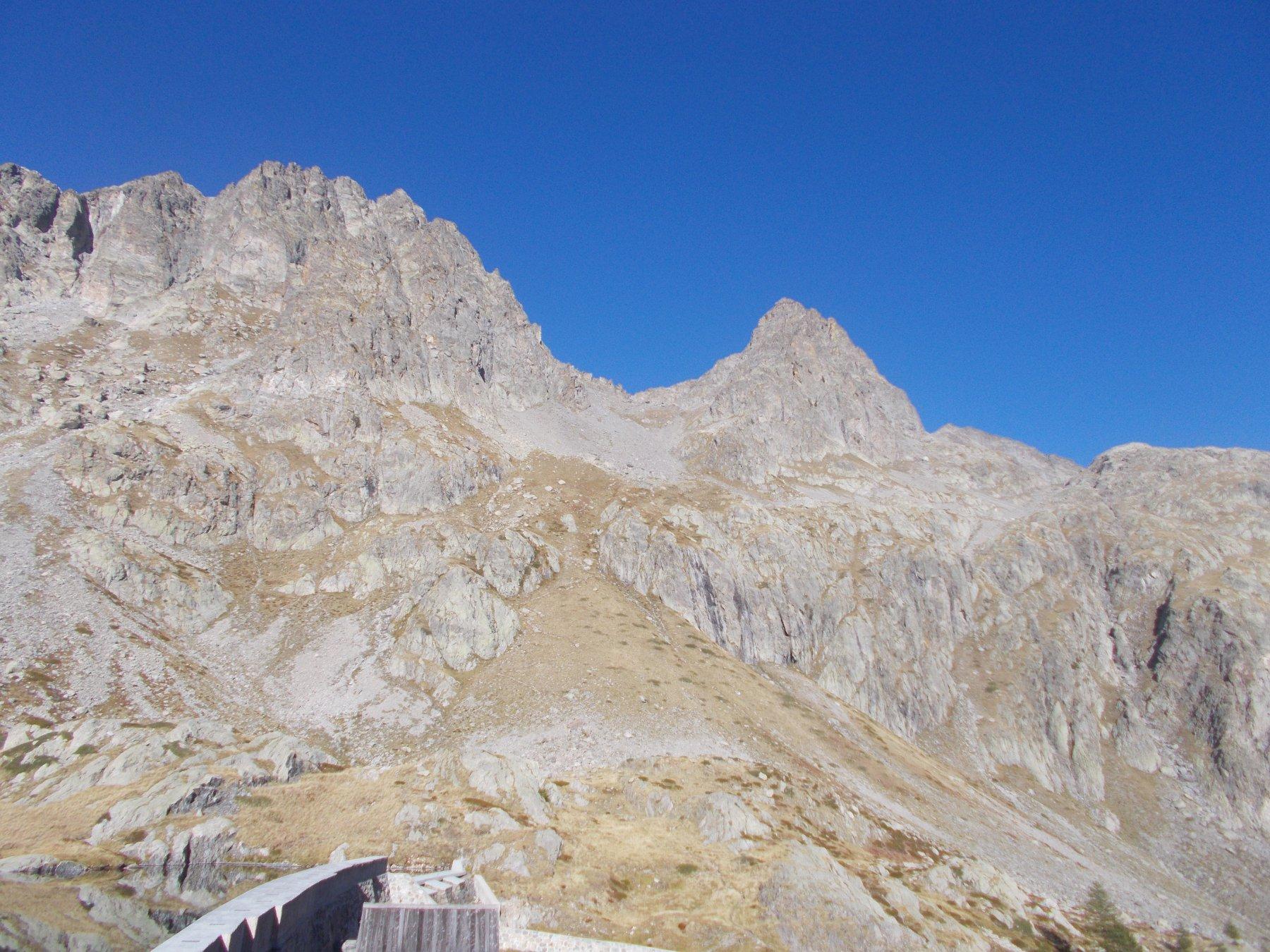 la cima Lusiere..dai pressi del Lac Noir..a sx piu' massiccia la Chemineye..