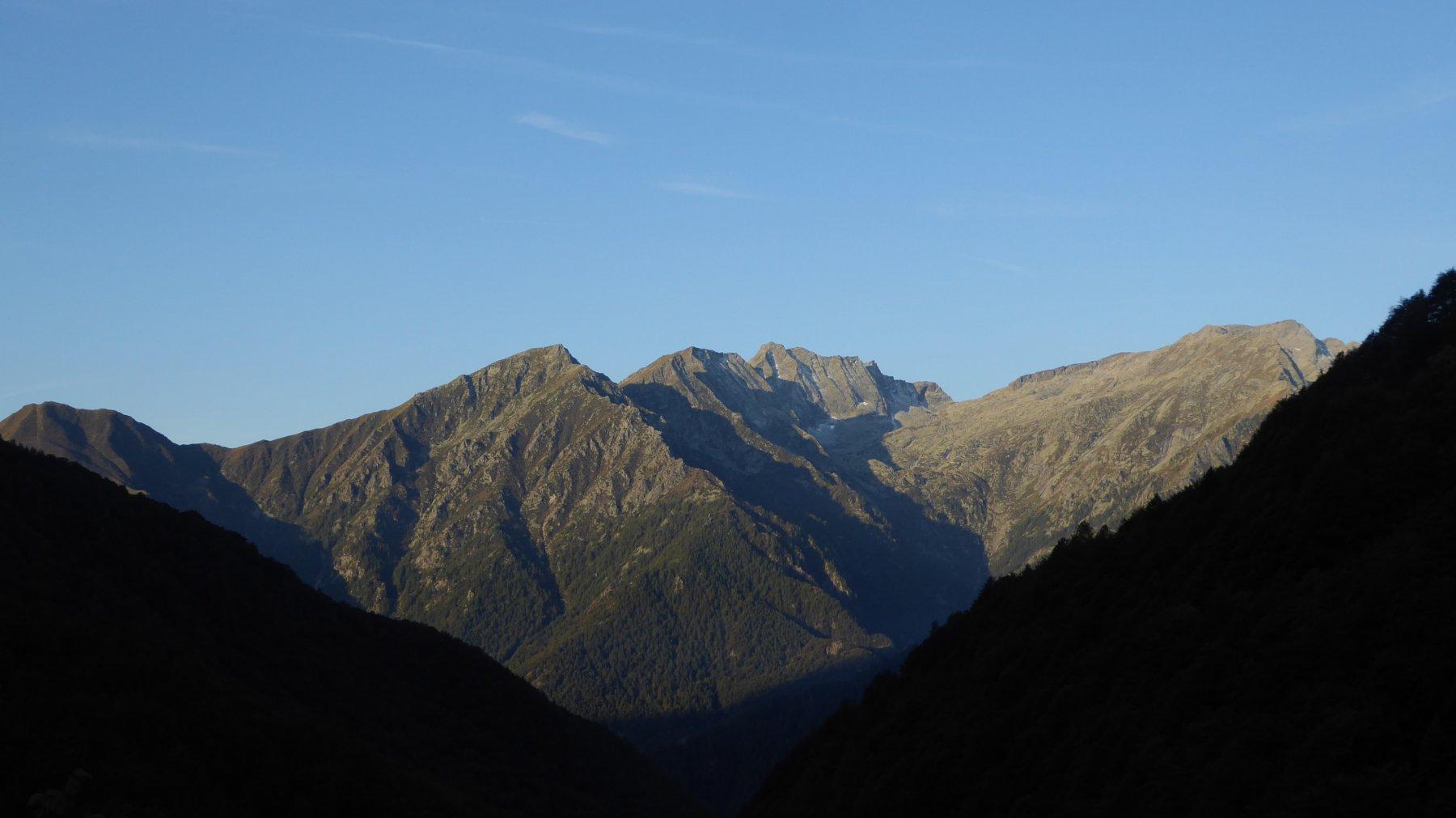 Al mattino in salita, uno sguardo verso il Vallone di Lasin