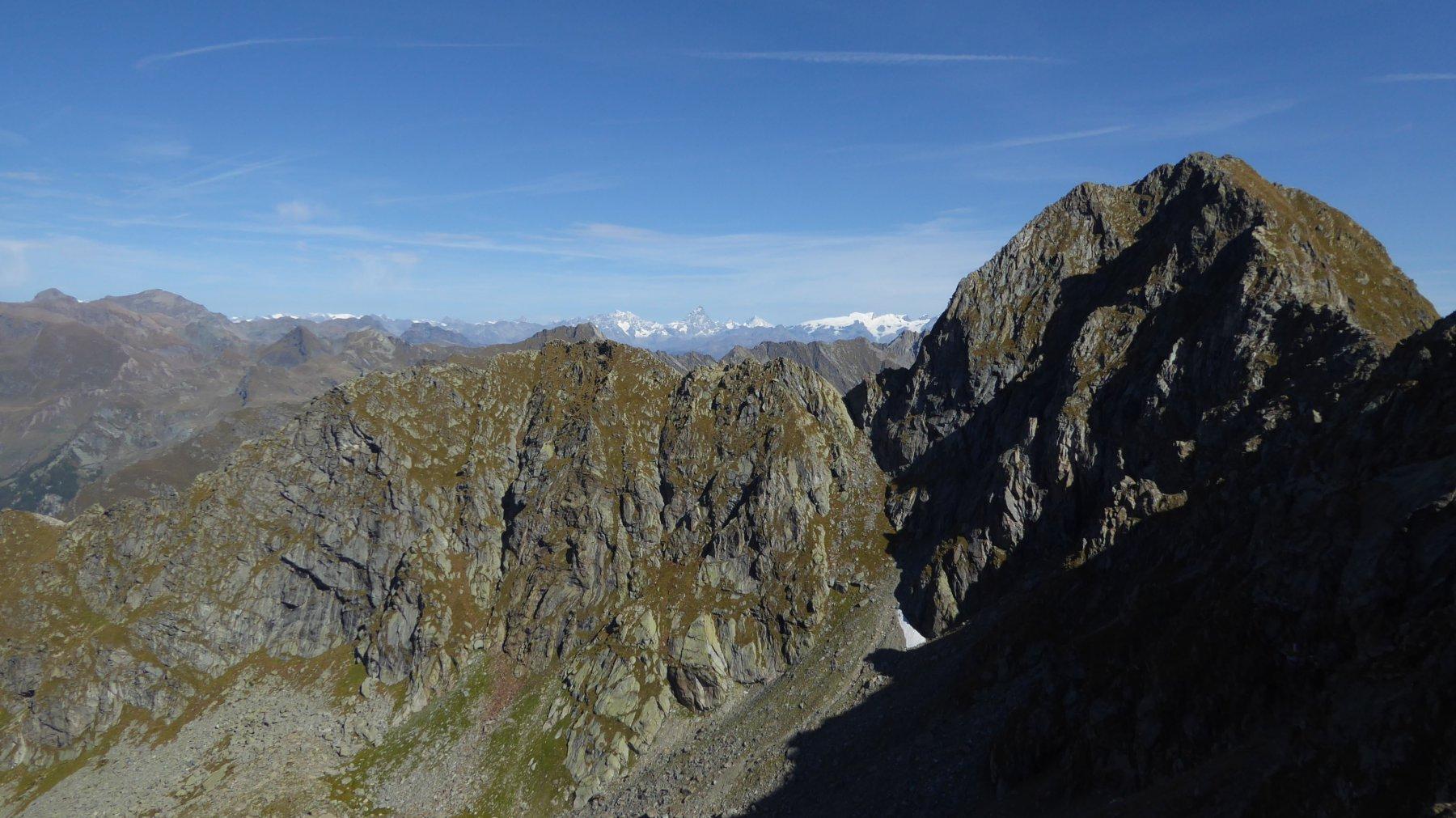 In primo piano, Monte Gojassa e Parej del Magnin