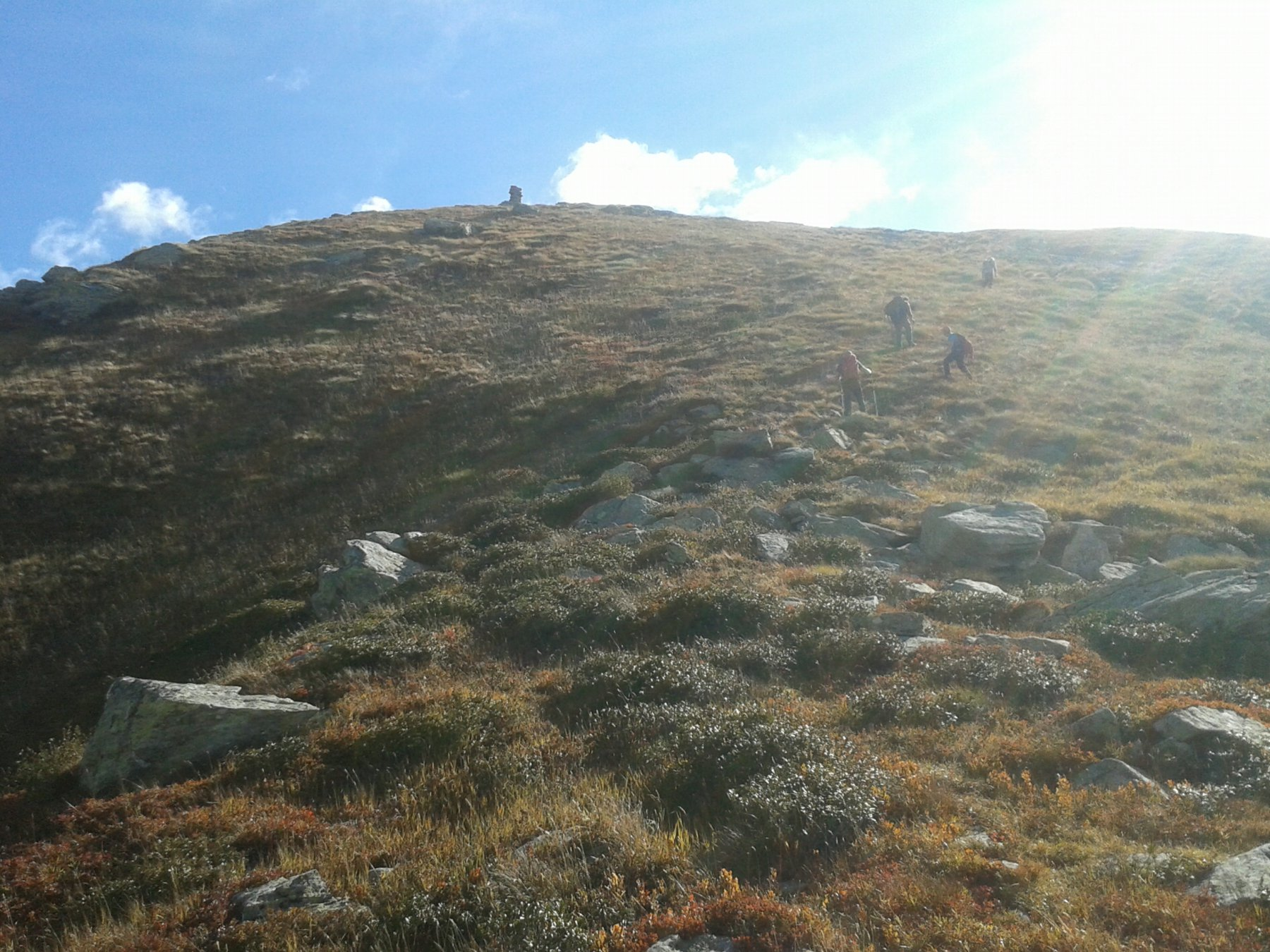 salendo i pratoni traguardare il grosso ometto per Punta del'Aggia.