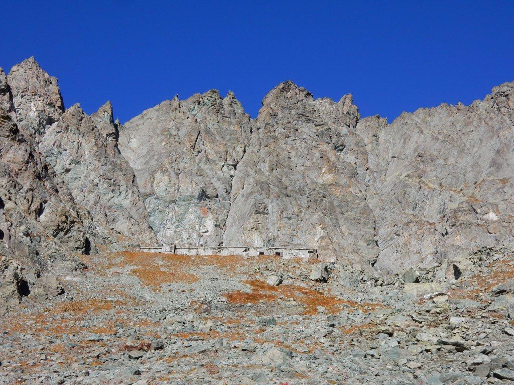 la doppia Punta Traversette e parte della cresta da percorrere.