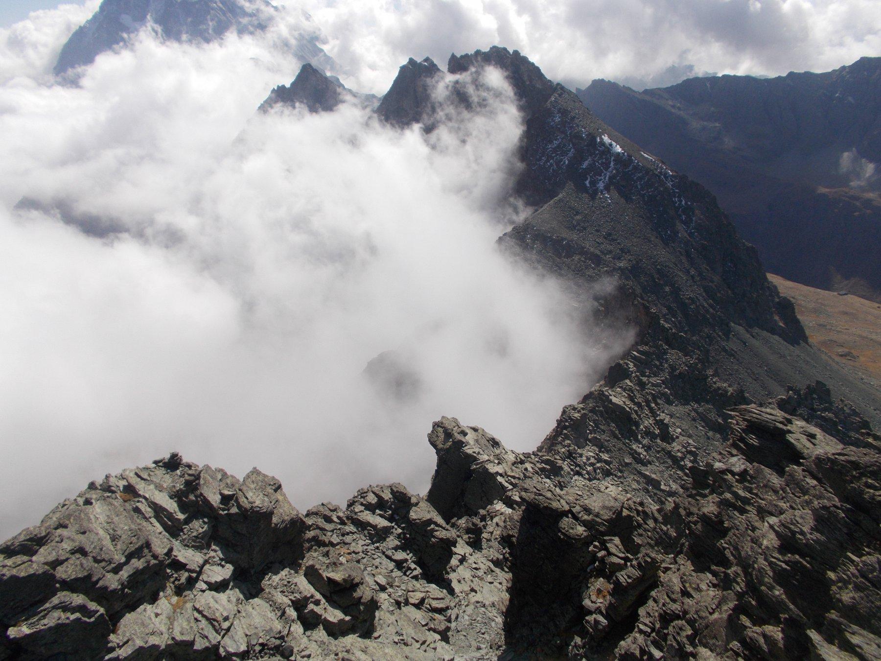 la cresta di salita lambita dalle solite nebbie..dalla vetta del Granero..