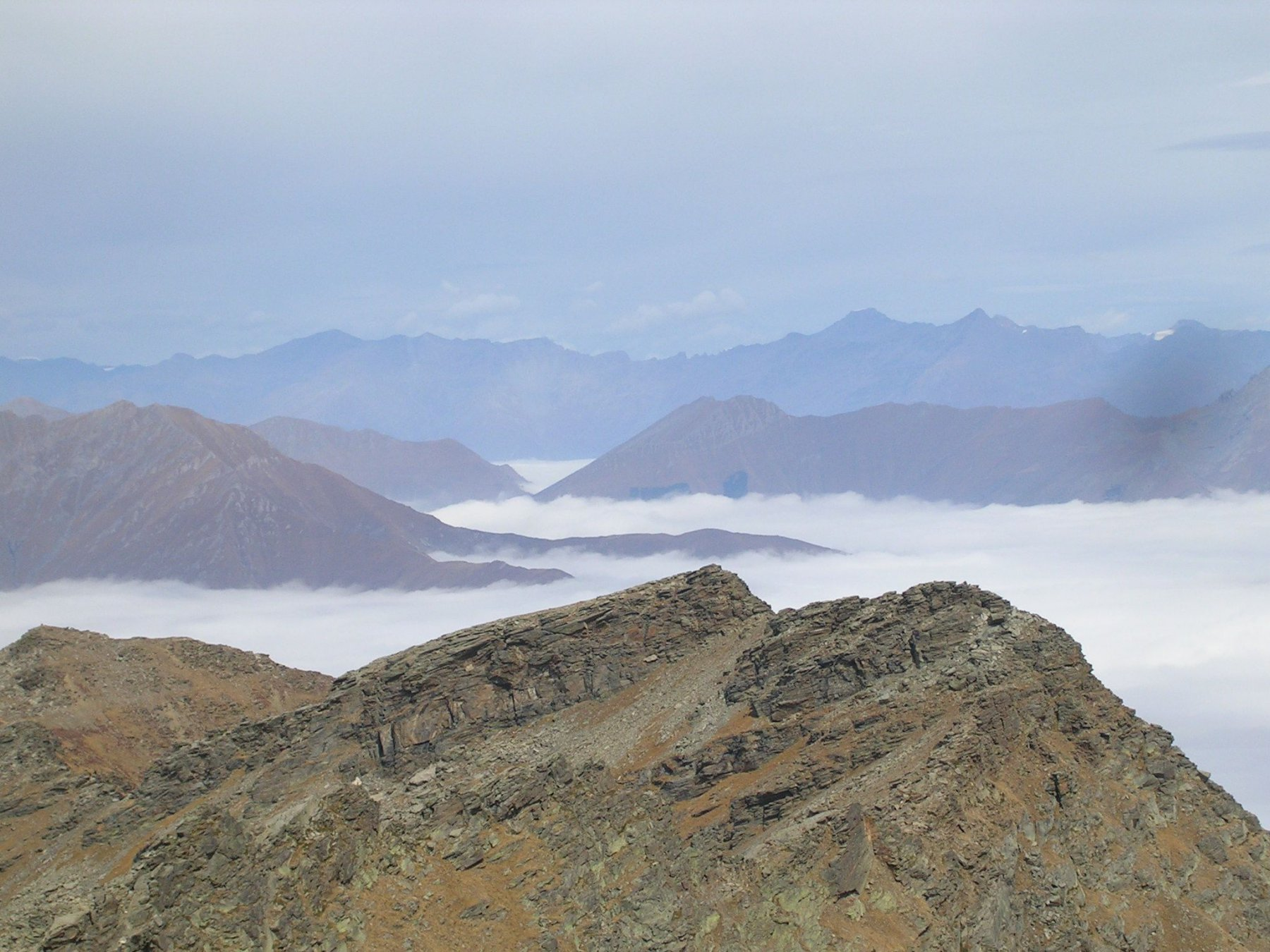 Il mare di nuvole evidenzia tre valli: Germanasca, Chisone, Susa. Il colle delle finestre separa la val Chisone dalla valle di Susa.