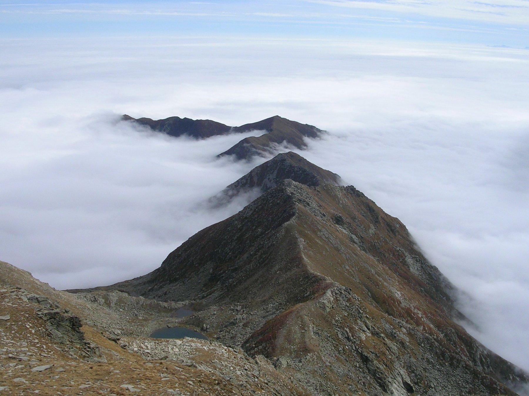 A sinistra valle Angrogna e lago Laus, a destra val Pellice.