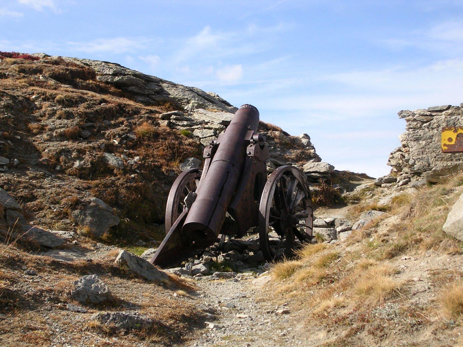 Antico cannone nei pressi dell'omonimo lago