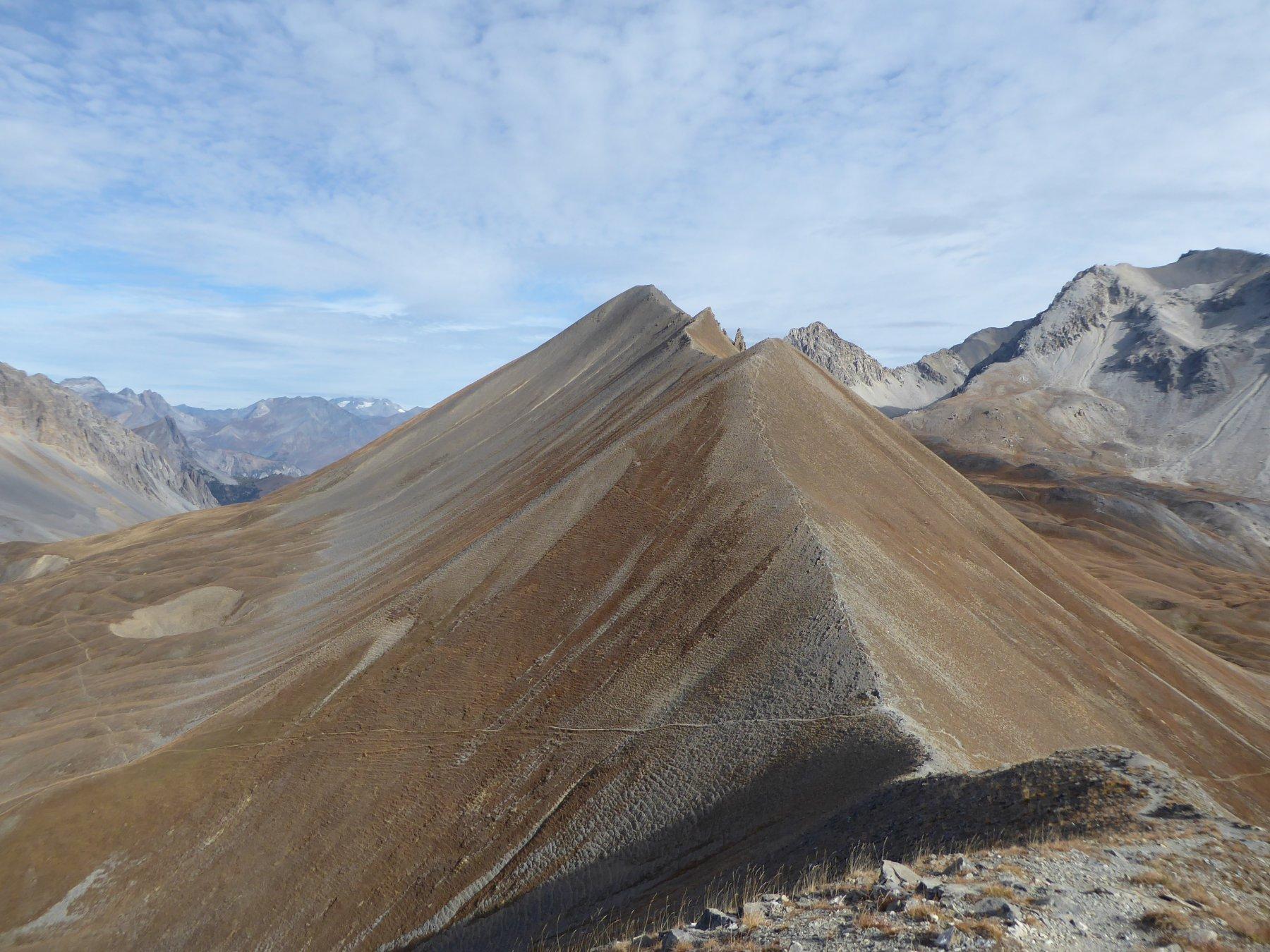la cresta di salita al Pic du Lauzin: in basso il Col de la Lauze, poi le due anticime, infine il Lauzin