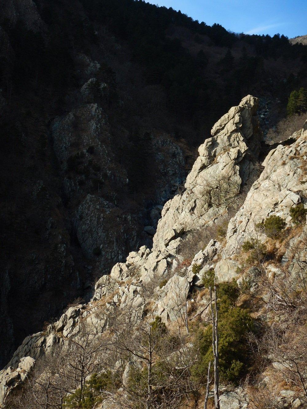 La cresta di roccia dove corre la via in primo piano, con il profilo slanciato del Campanile sullo sfondo