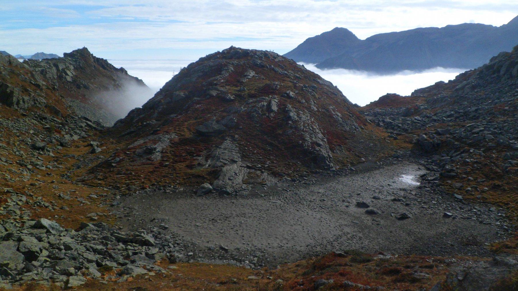 Ciò che rimane del lago a quota 1307 m è la pozzanghera a dx