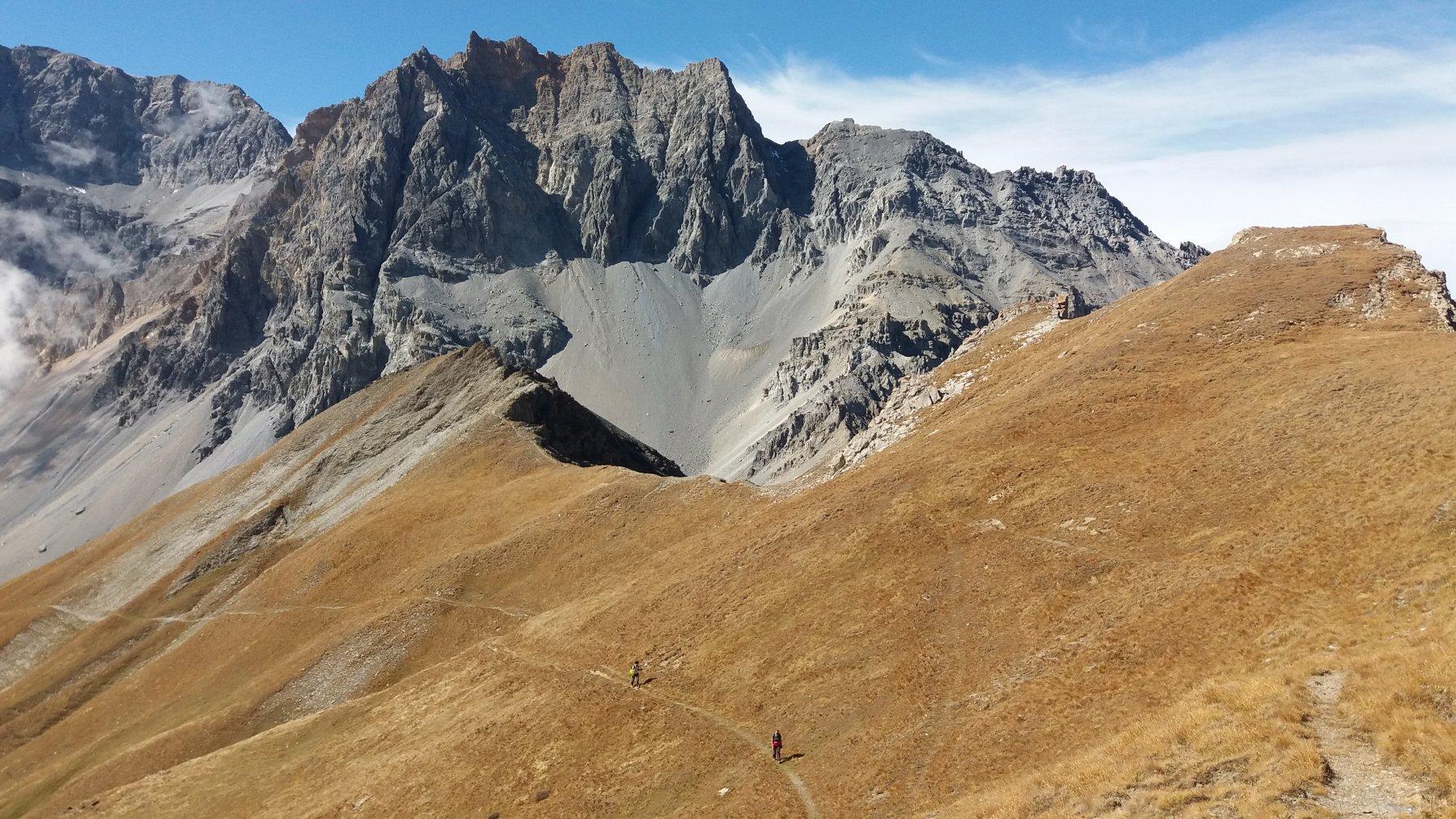 A circa 2700 m, Laura e Bruna sul sentiero