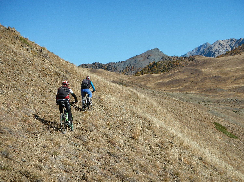 tratto di sentiero a mezza costa; sullo sfondo il Monte Corbioun