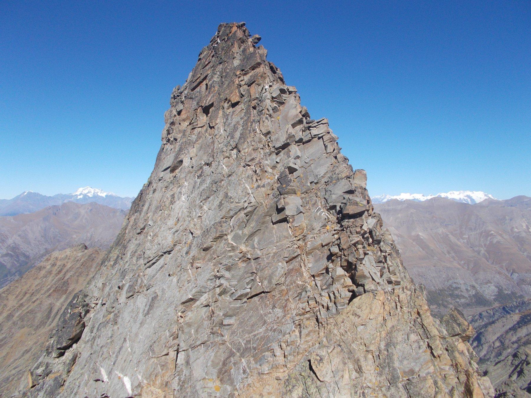 la svettante e snella punta innominata di Valmiana dalla cresta nord alla Punta di Valmiana..