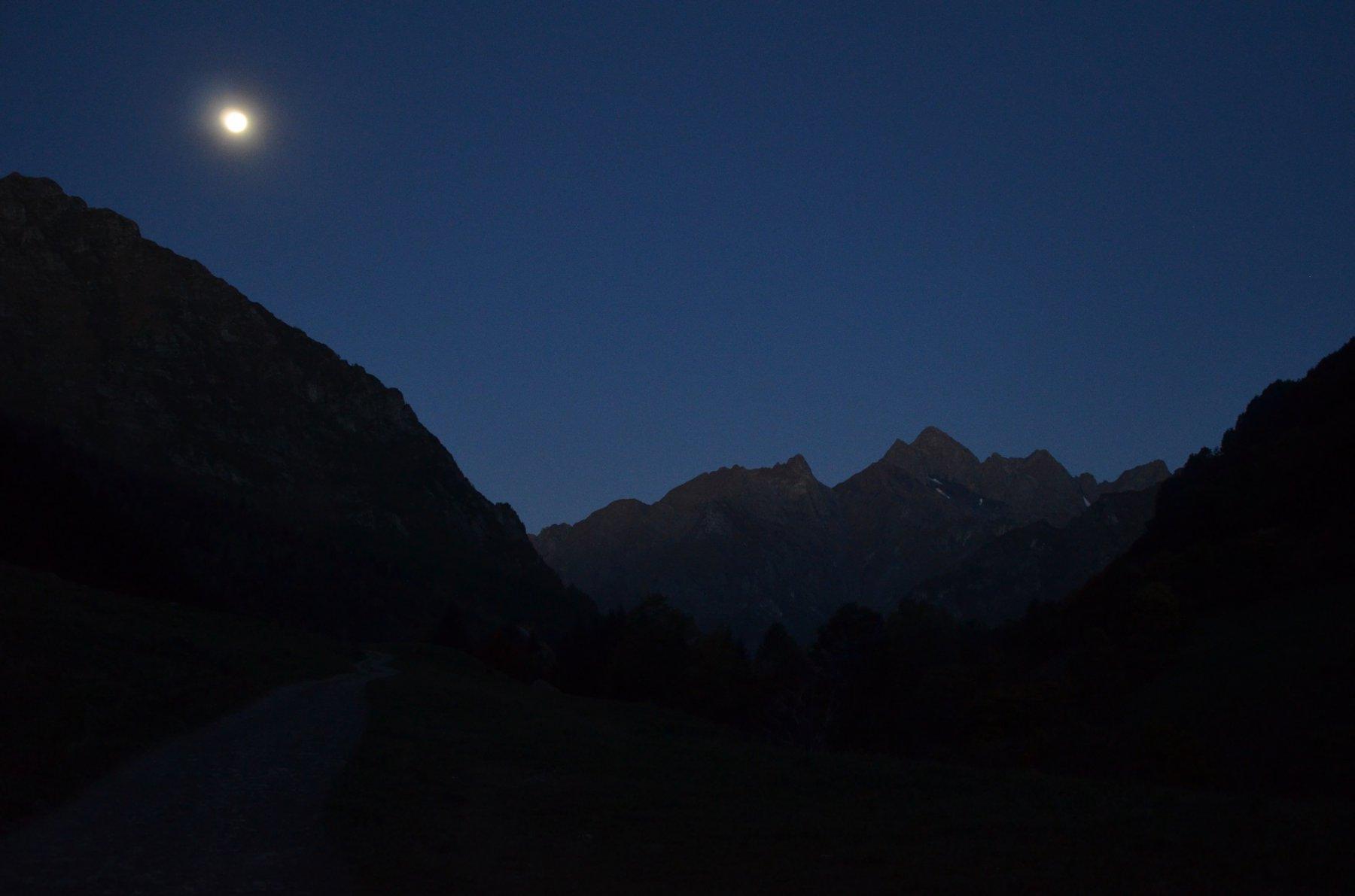 Luna piena.Poris, Passo di Valsecca, Diavolino e Diavolo prima dell'alba.
