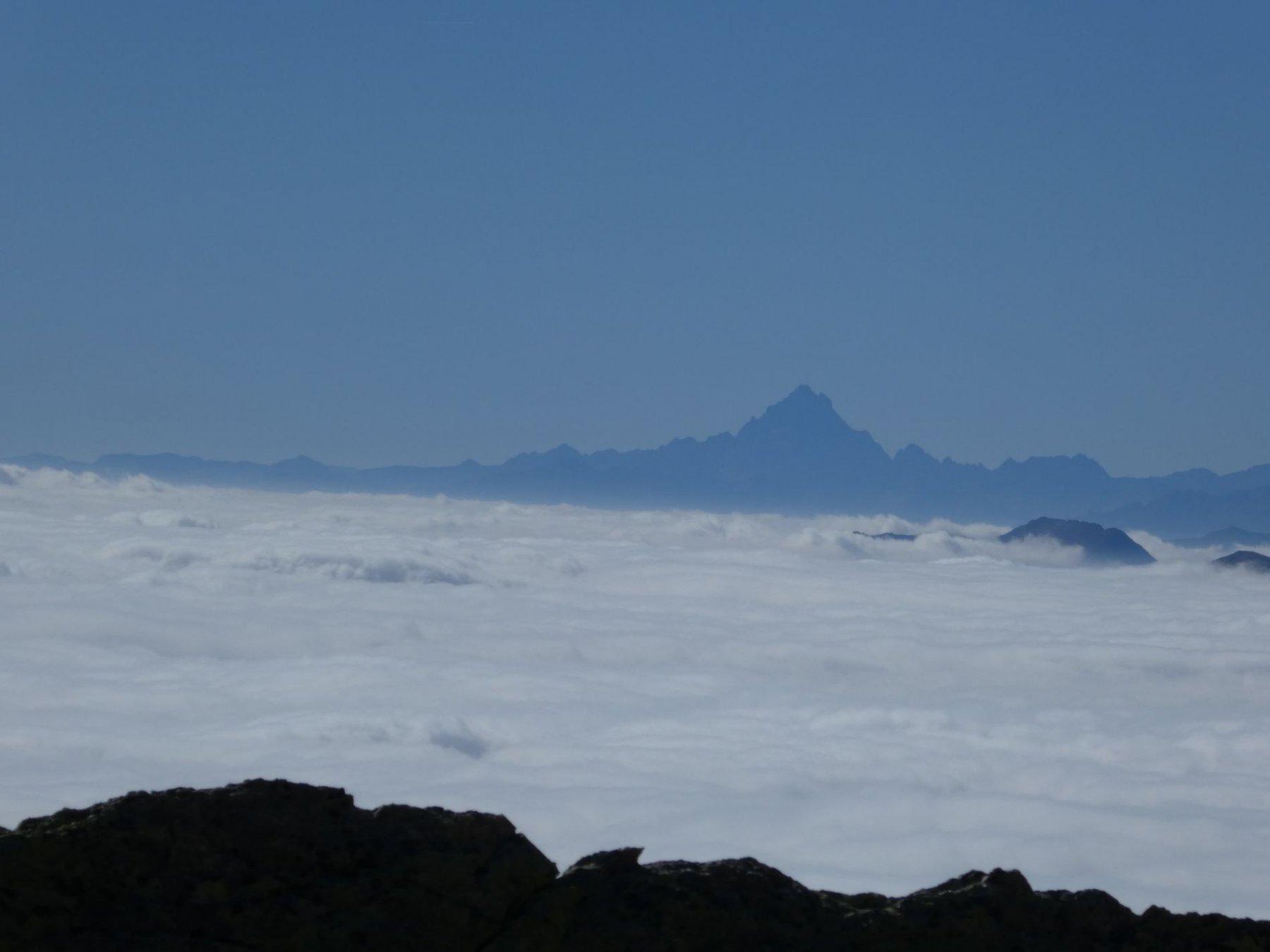 Monviso sopra la nebbia