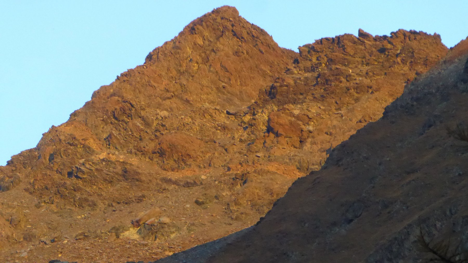Zoom su Punta della Scaletta: primo sole illumina la vetta!