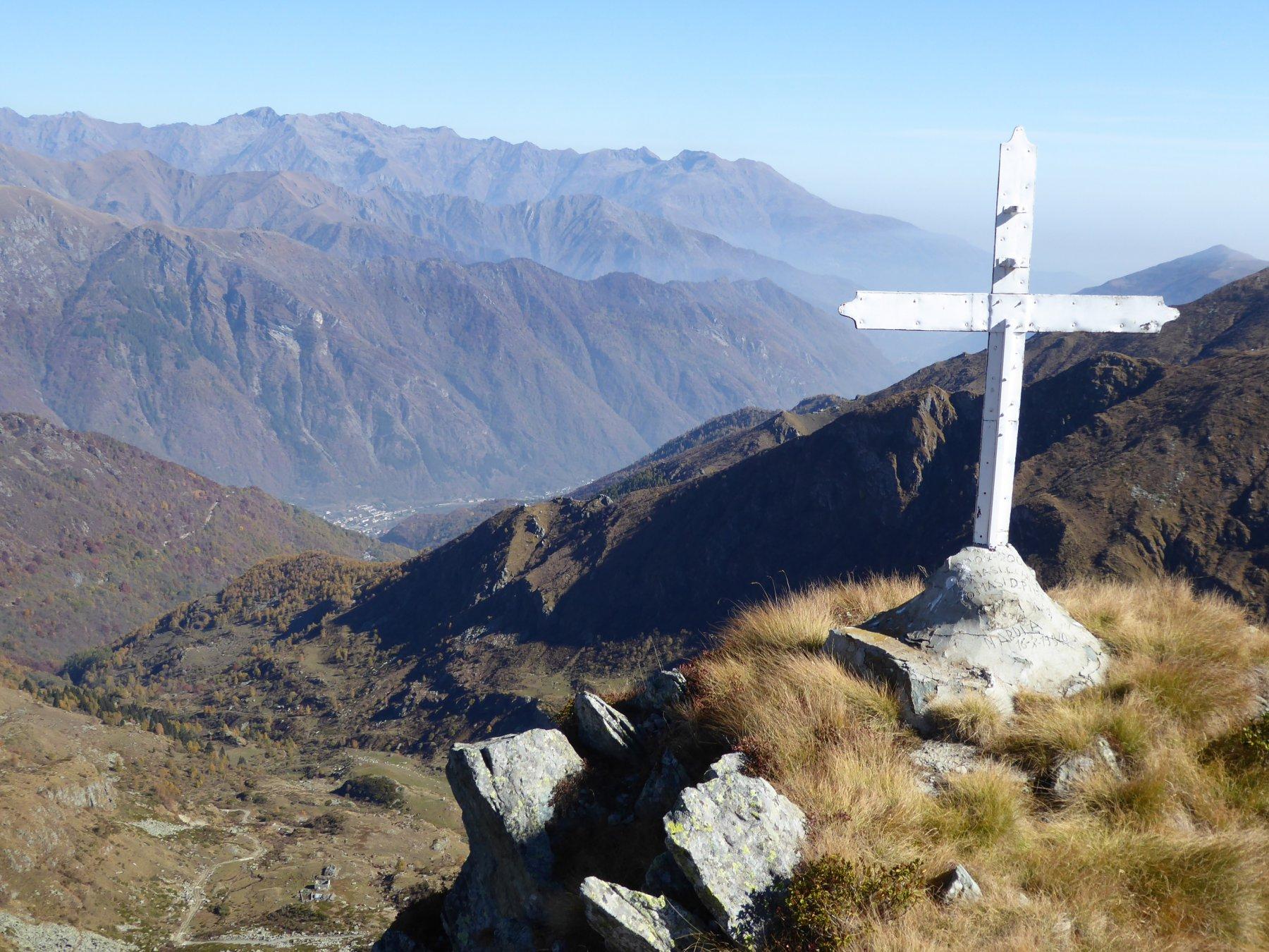 Croce di vetta con Locana sullo sfondo