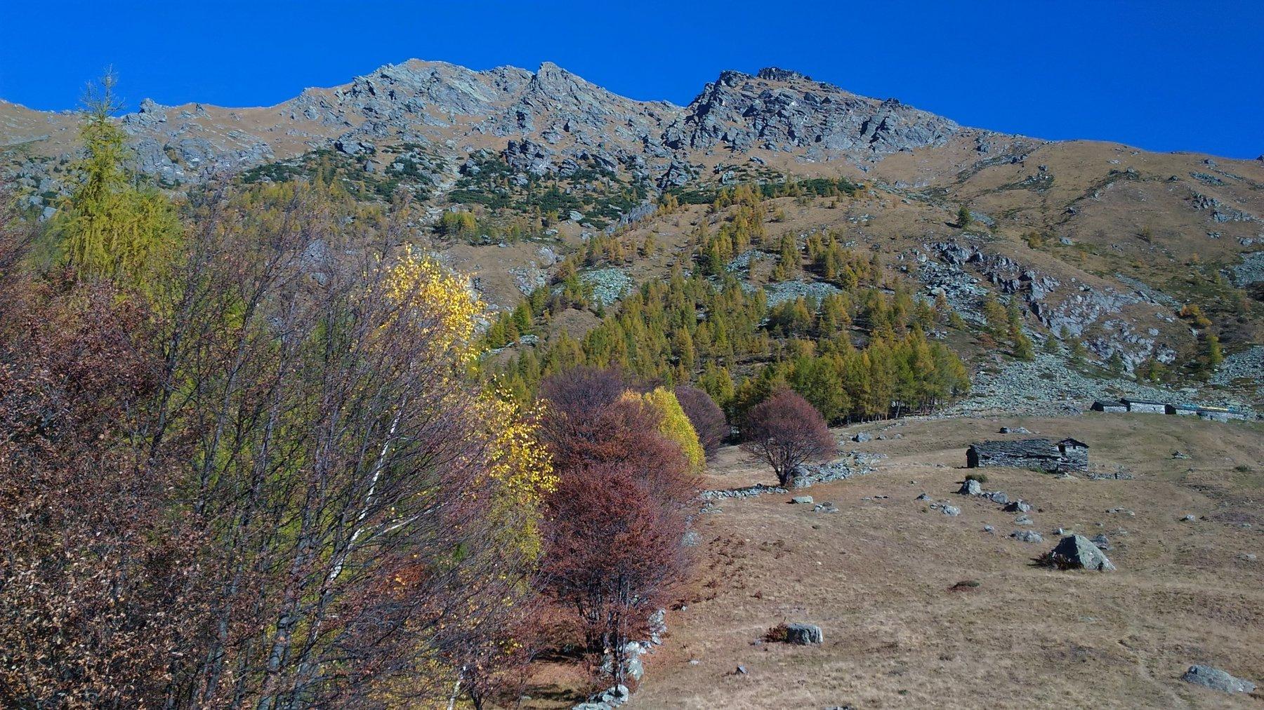 Il canale sud visto dall'Alpe d'Attia: è quello che porta alla marcata insellatura