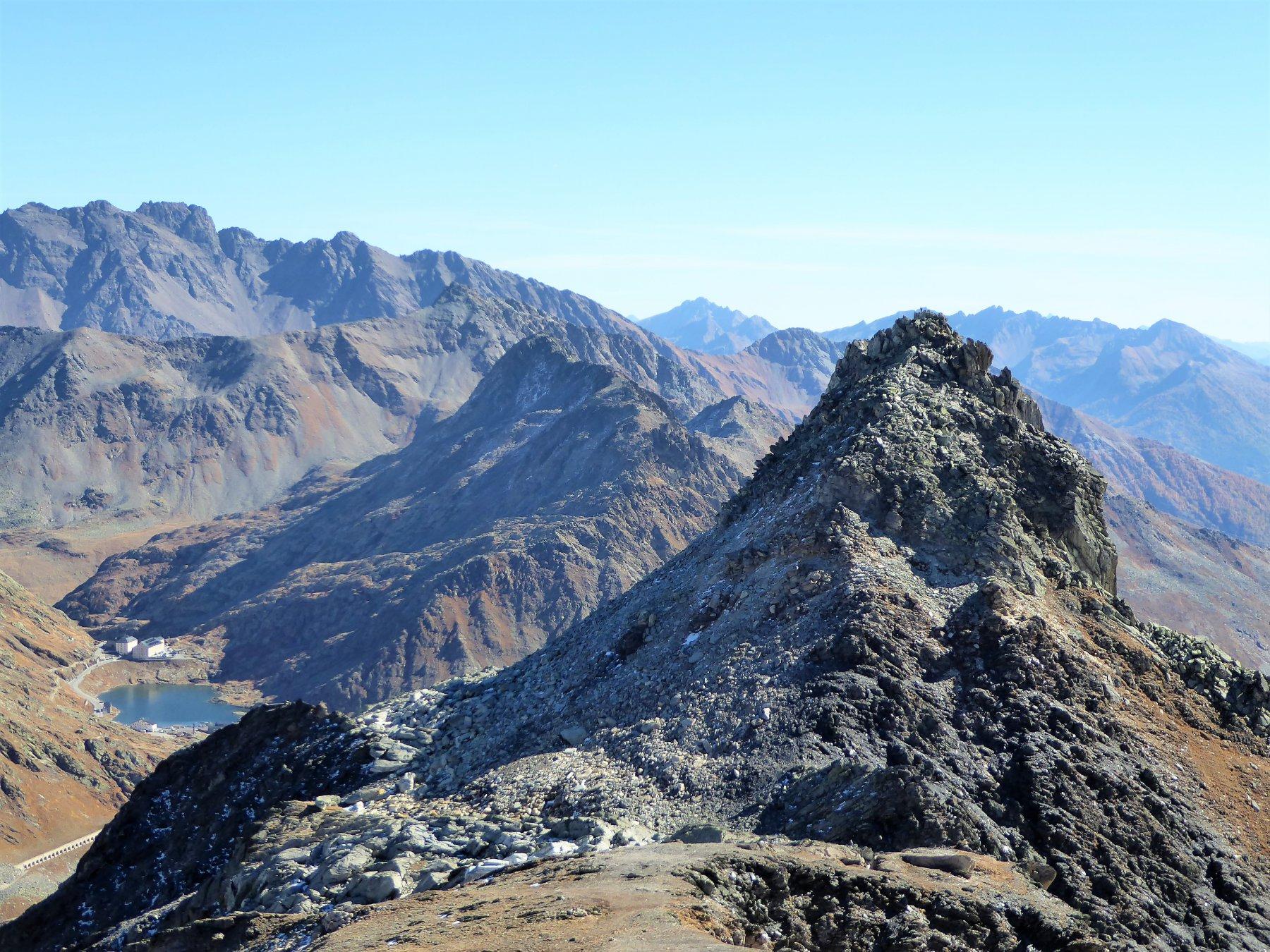 ultima cima di oggi: Pain de Sucre, con in basso a sinistra il Colle del Gran San Bernardo