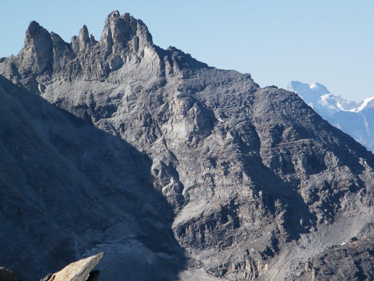 I Denti d'Ambin e sullo sfondo la Barre des Ecrins da poco prima della vetta.