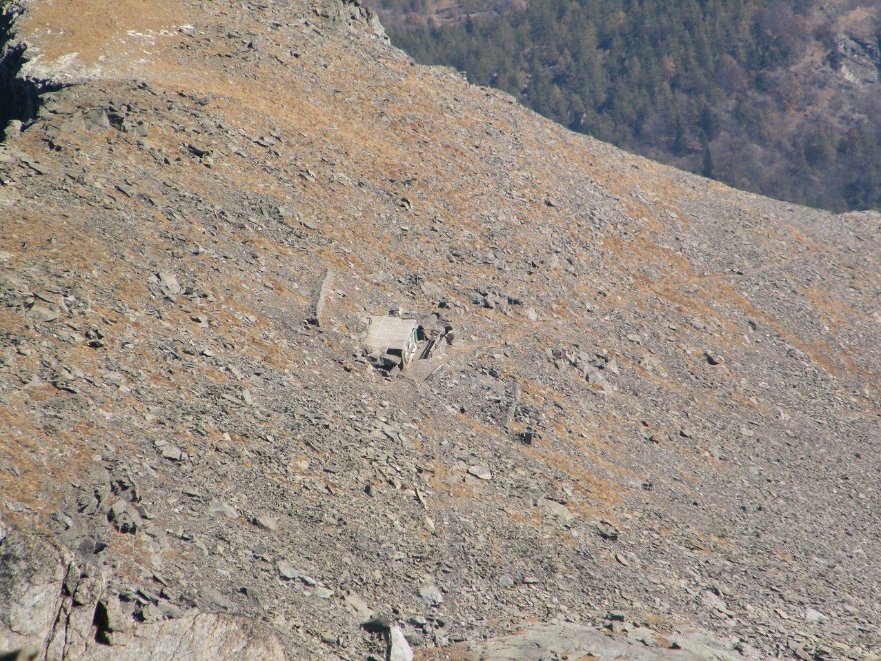 Zoomata sul Bivacco da pochi metri sotto la vetta.