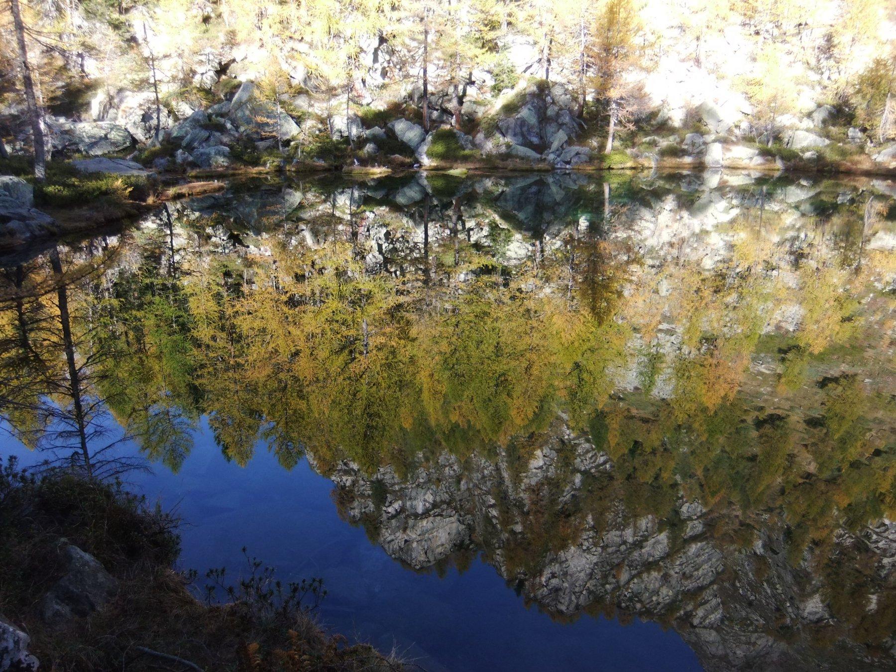 Riflessi al Lago delle Streghe al mattino