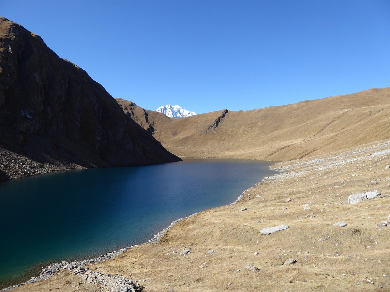 Lago dei Liconi, il colle al centro della foto, proprio sotto il monte Bianco
