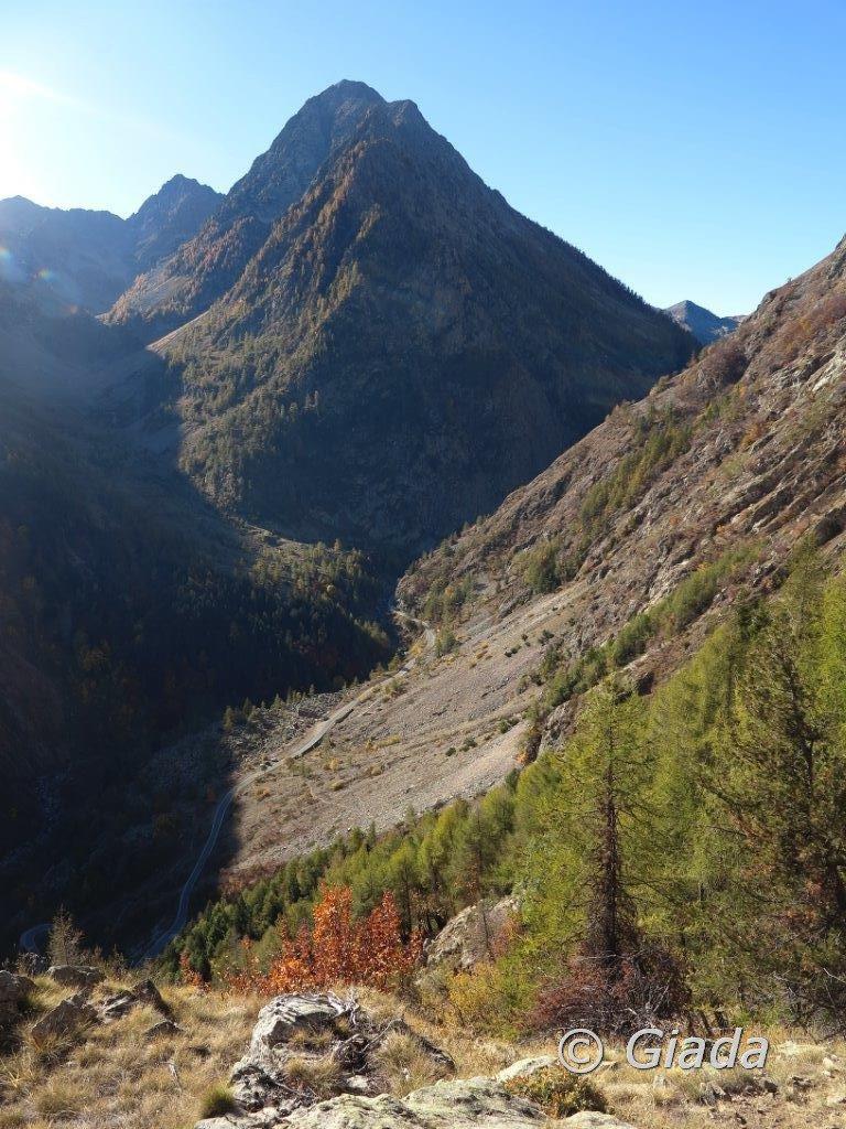 La partenza e il primo tratto di sentiero  visto dall'alto
