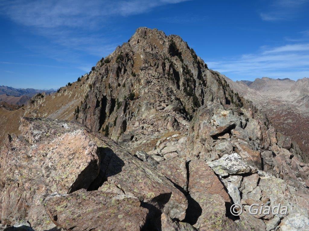 Il Cayre Archas col versante di salita visto dai massi che si devono passare