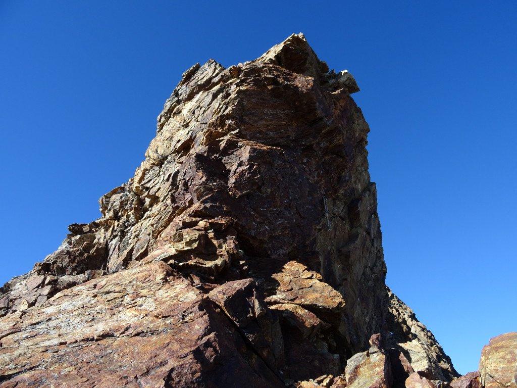la torre invalicabile con chiodo e cordone sulla parete che da sul ghiacciaio