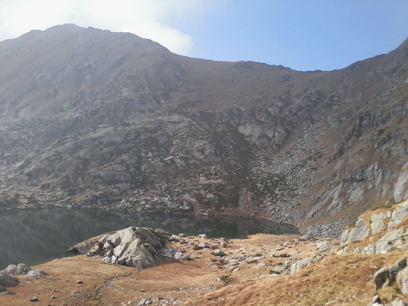 Dal Terzo Lago di Canaussa: a sinistra la vetta del Monte Canaussa, a destra la sella del Colle di Bora Freida.