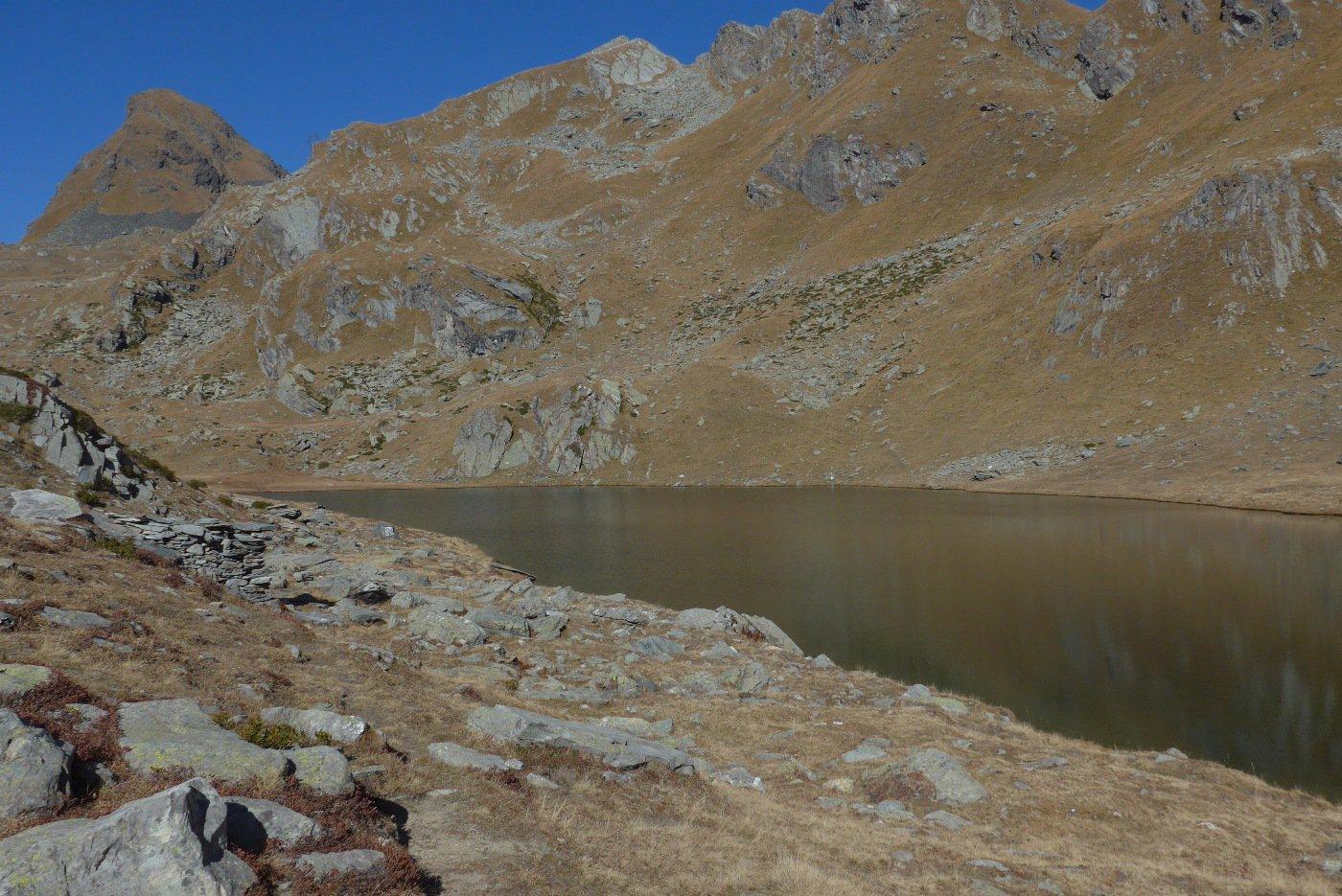 Il lago Santanel e , sullo sfondo,  il Monte Nero