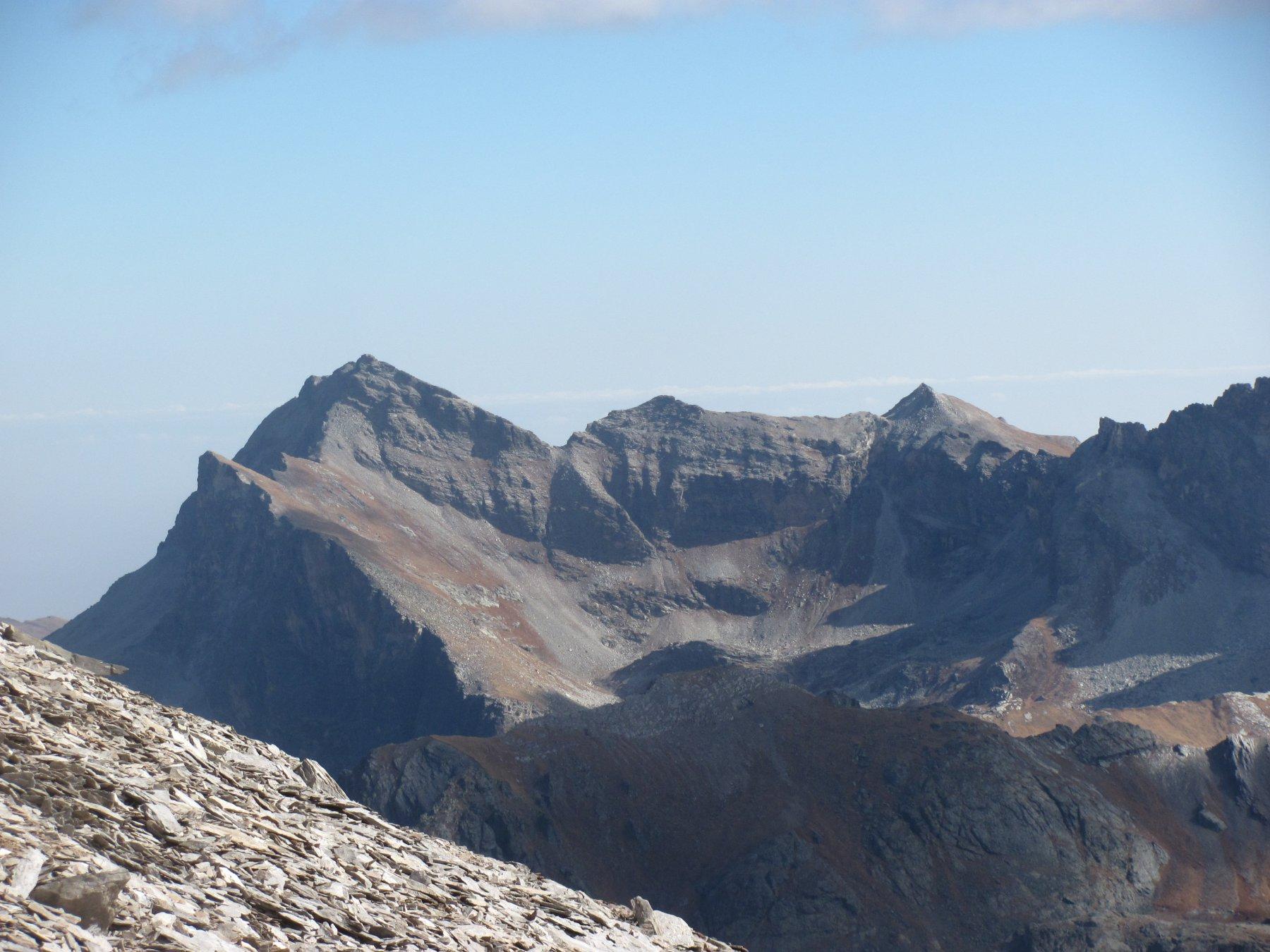 vista dalla cima sul Pelvo d'Elva, con colle Camoscere e canale ovest