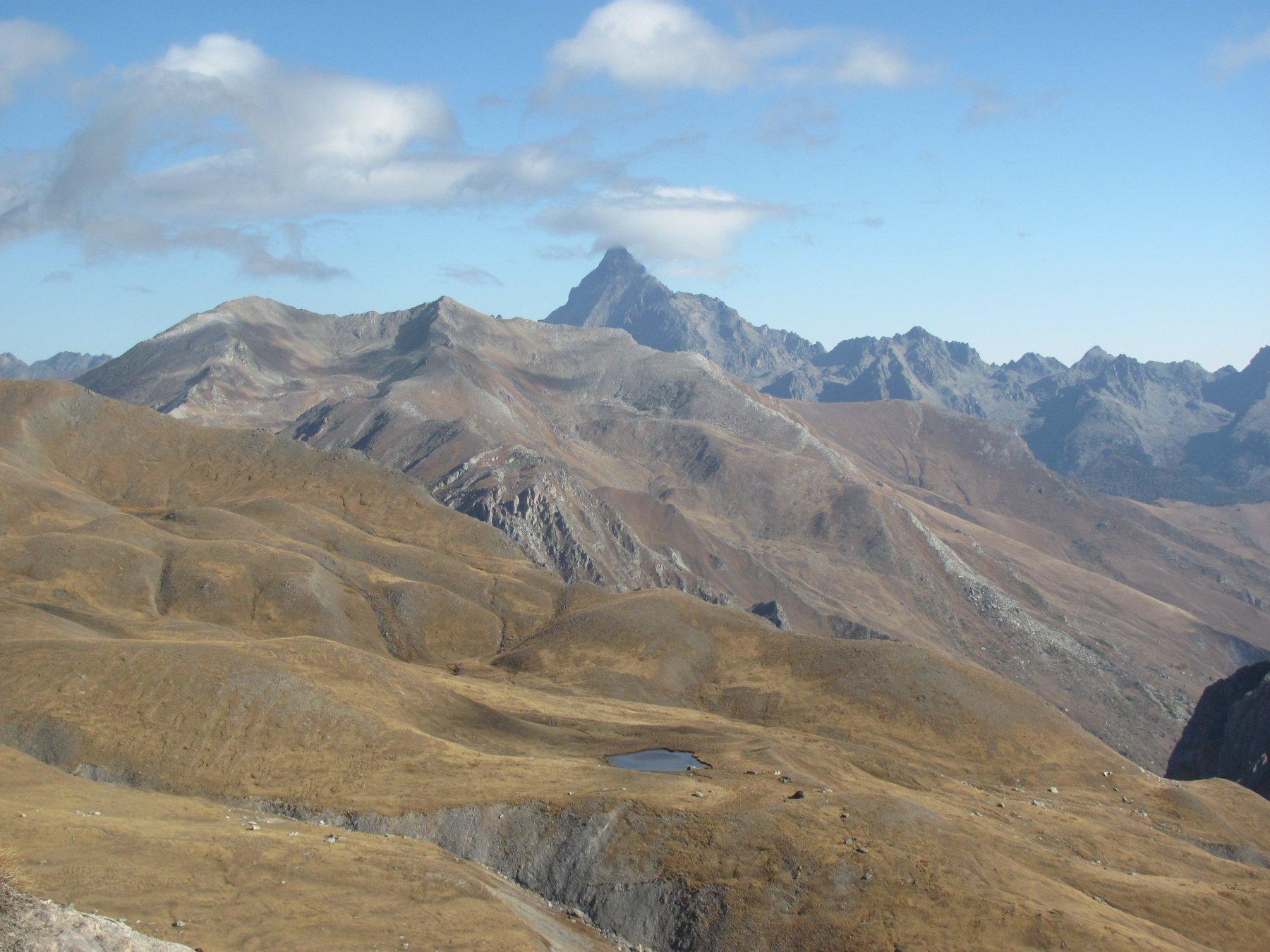salendo, vista verso il Monviso con il laghetto dell'Autaret in basso