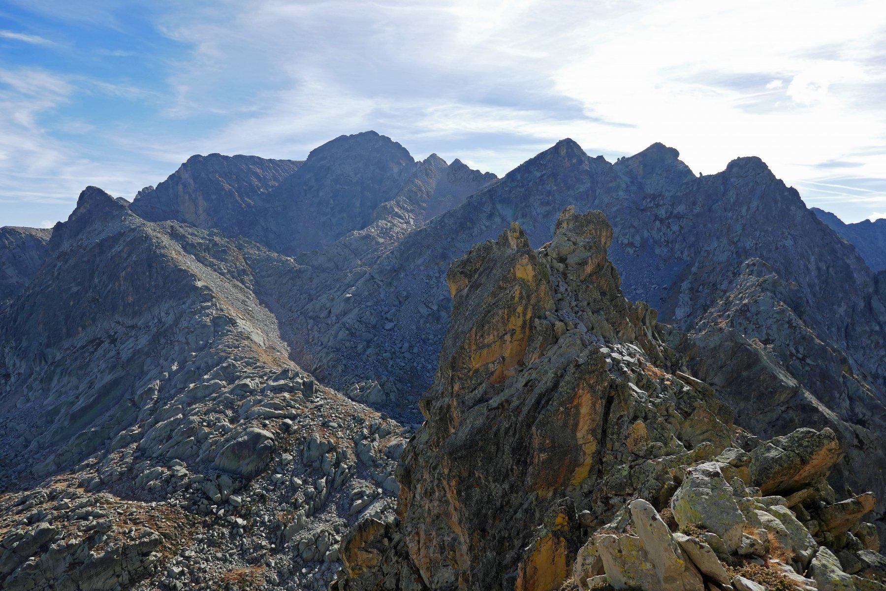 Bel gendarme e vista sulla rocca Bastera, rocca dell' Abisso e cima del Lago dell'Oro