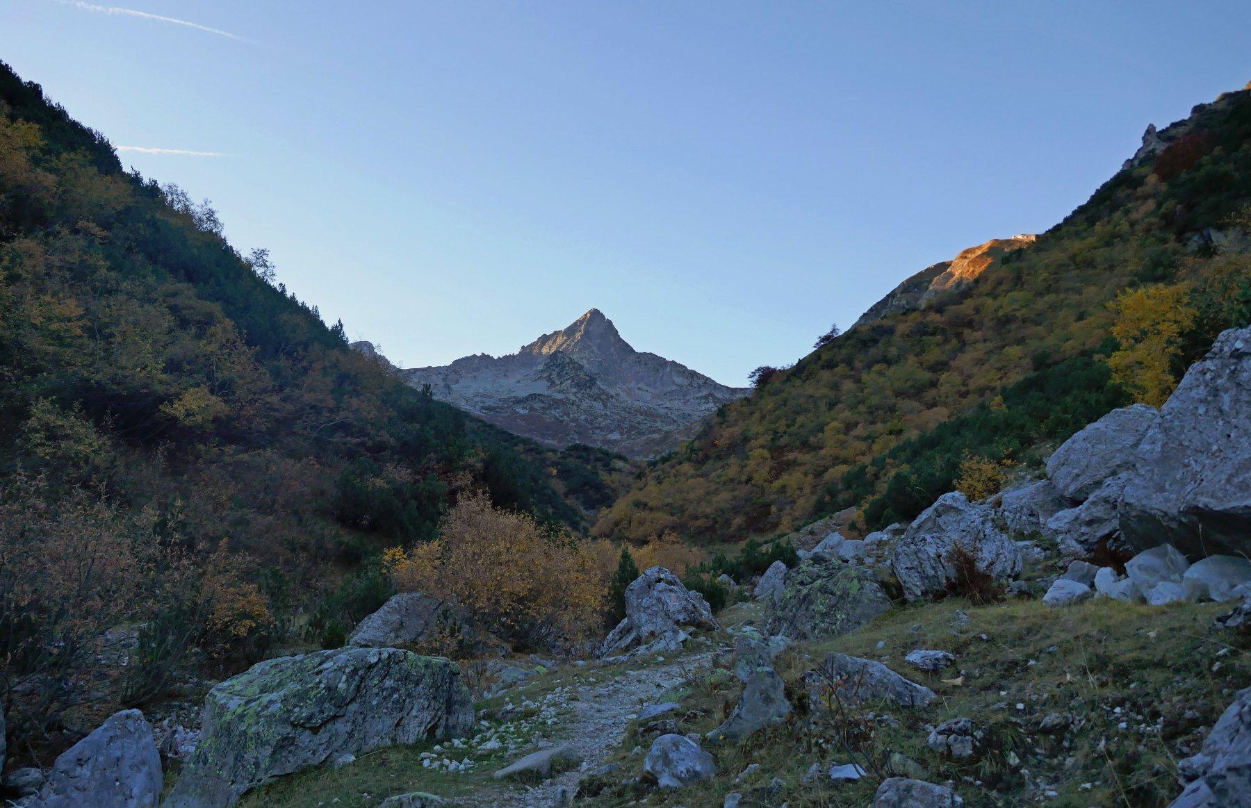 La piramide del Frisson vista dall' inizio del vallone degli Alberghi