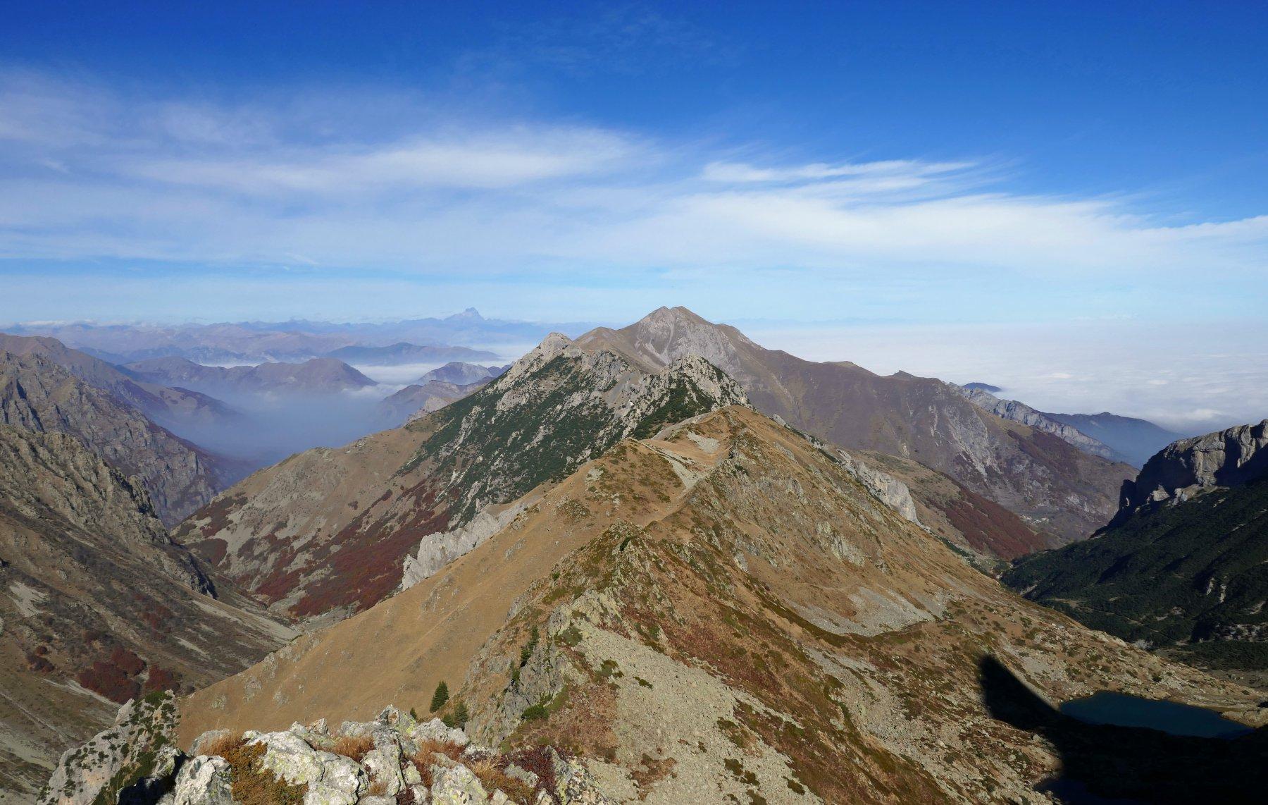 Dal colletto vista sulla lunga  dorsale della Gugliema, Monte Colombo, Garbella, Orel e Bussaia