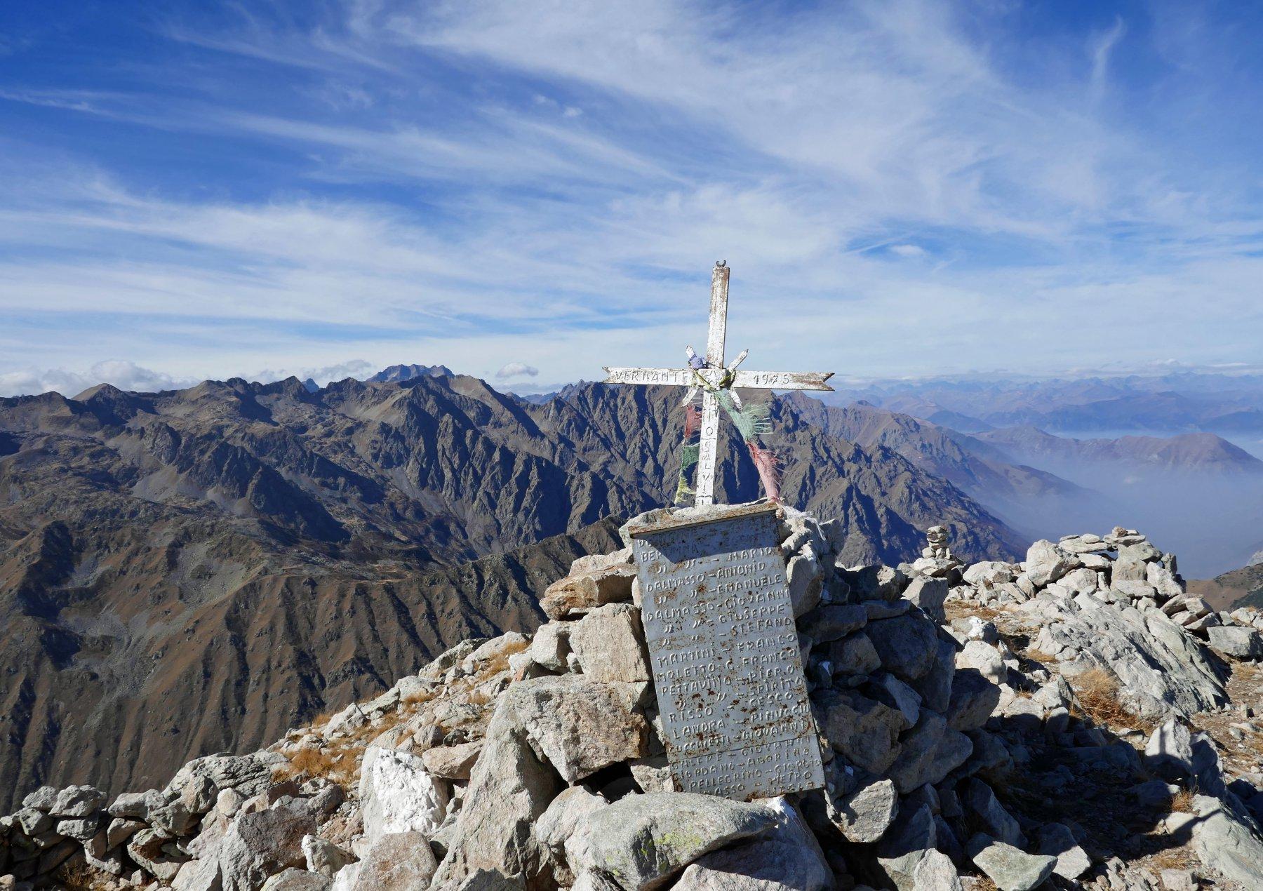 Croce di vetta del Frisson, lontana all' orizzonte la Serra dell' Argentera