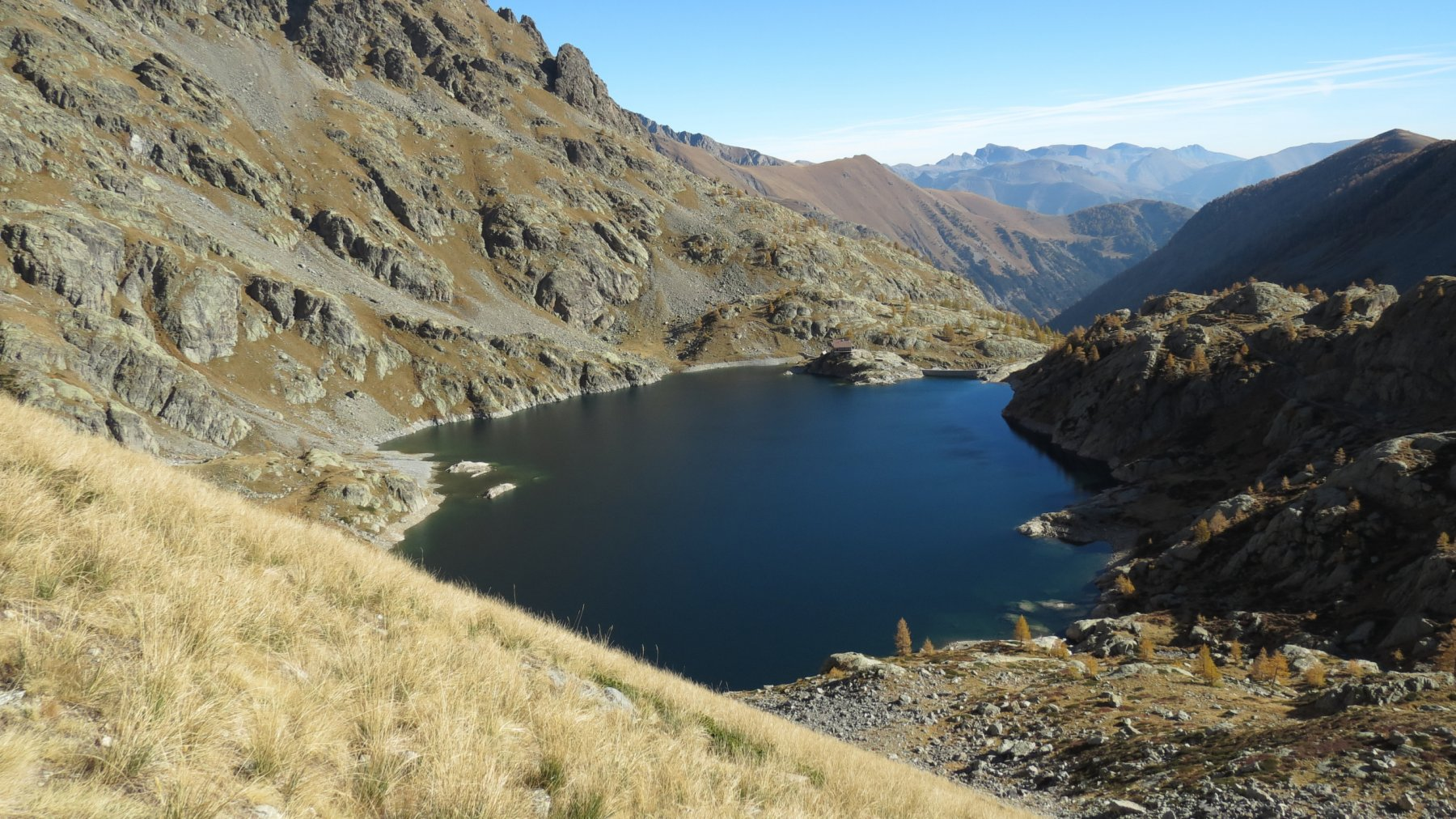 Lac Vert e Refuge de Valmasque visti dal sentiero che sale al Pas de la Fous