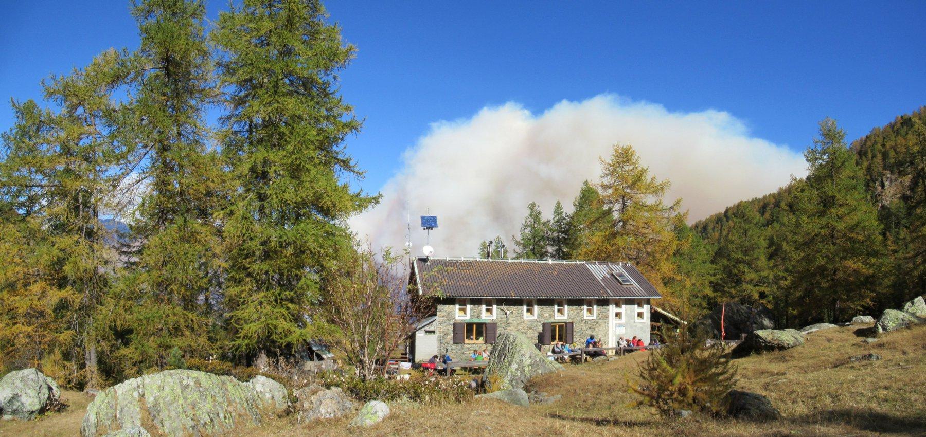 Rifugio Toesca e dietro l'impressionante nube causata dall'incendio