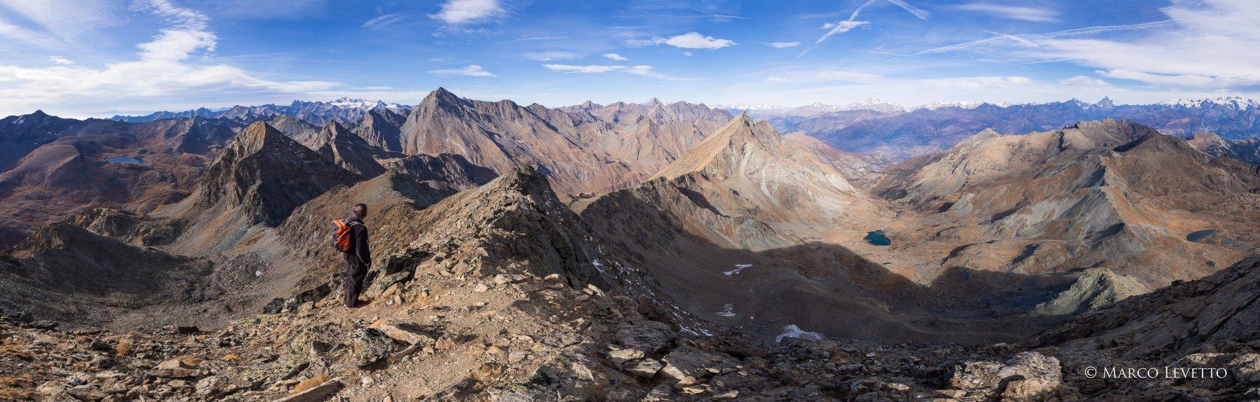 Panoramica dalla via di salita al Mont Glacier fino al Col Mezove. Pressapoco al centro, il Monte Rafray, oltre il Col d'Eyele, che separa il Vallone di Fenis dal Vallone di Savoney