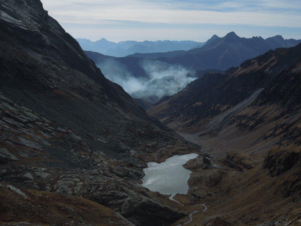 Verso il Colle Vallanta , in lontananza il fumo degli incendi