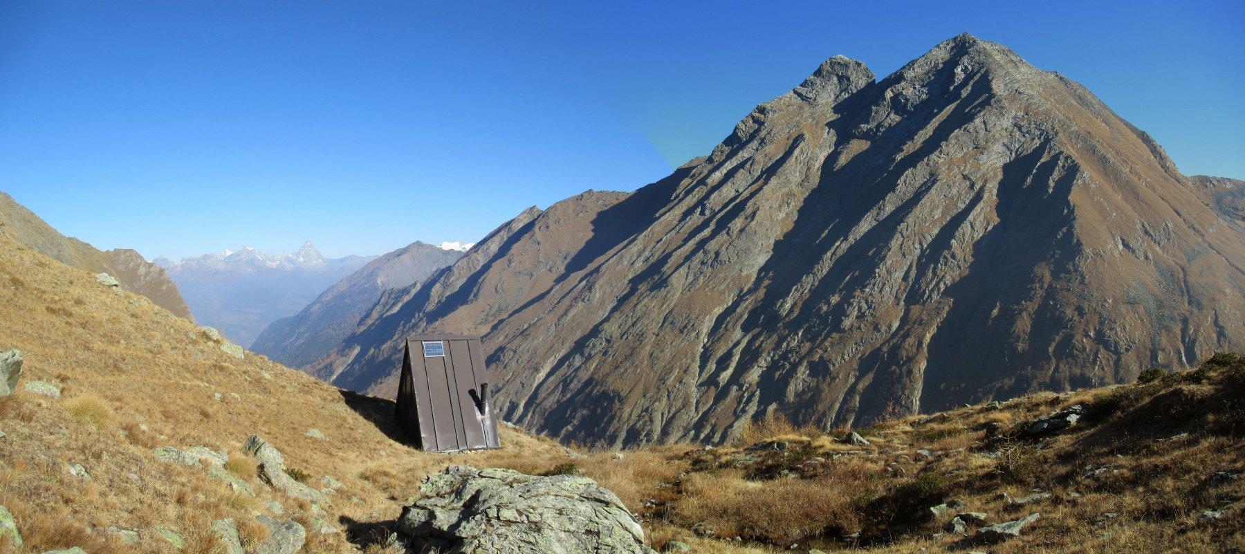 Bivacco privato Turati davanti alla Becca di Vio e Monte Rafrey
