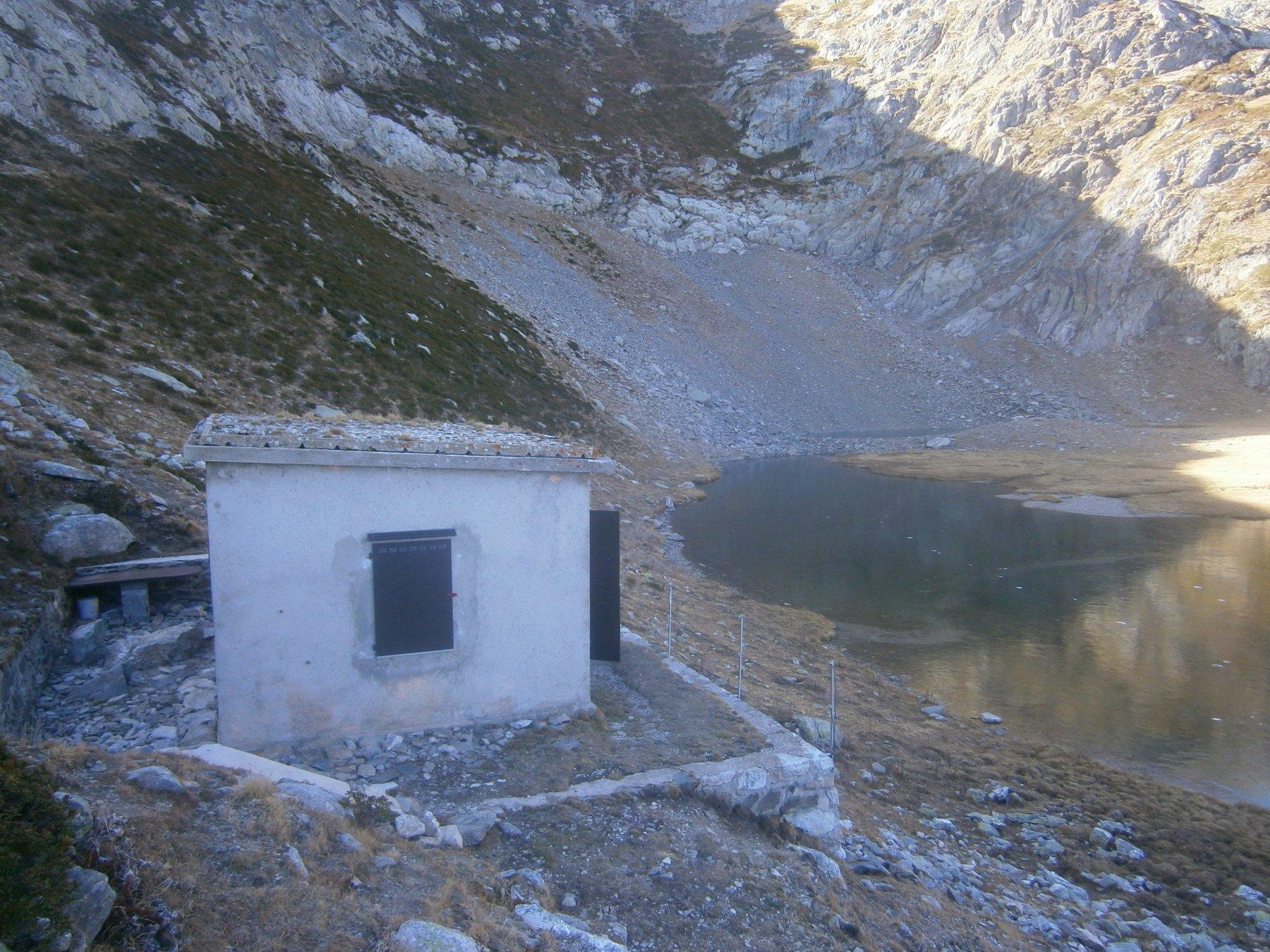 Il bivacco con il lago già ghiacciato