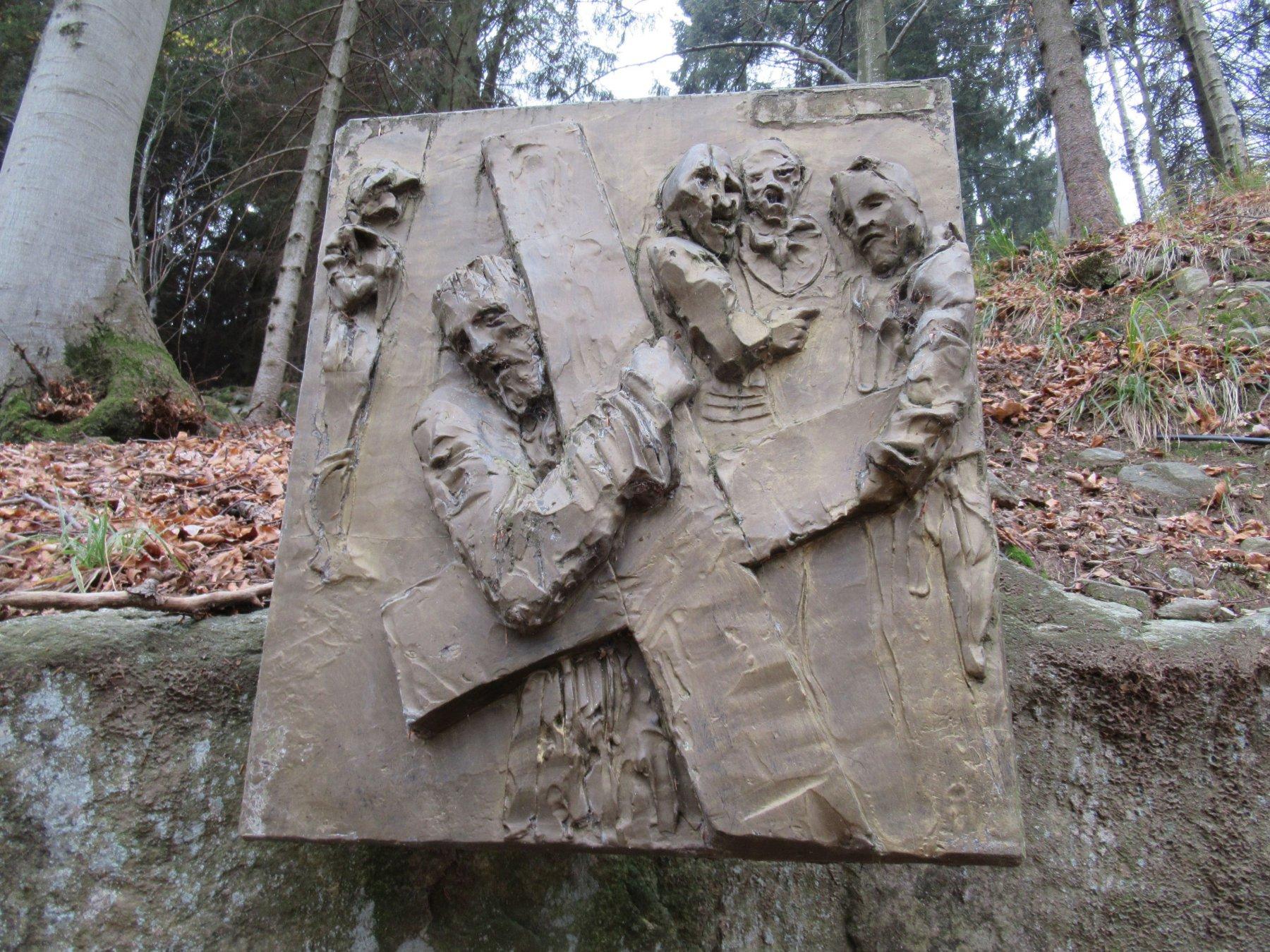 La via Crucis dell'artista De Pasquale all'inizio del sentiero